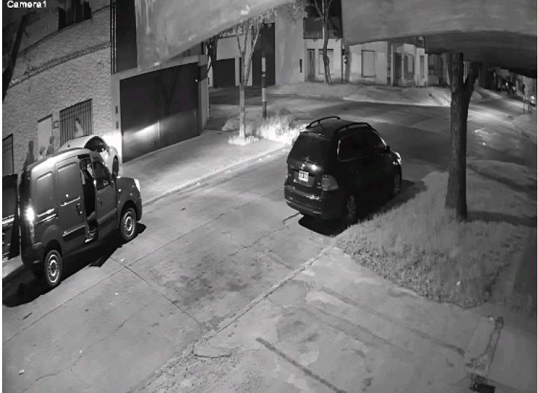Imágen de cámara de seguridad: el secuestro del prestamista en proceso.