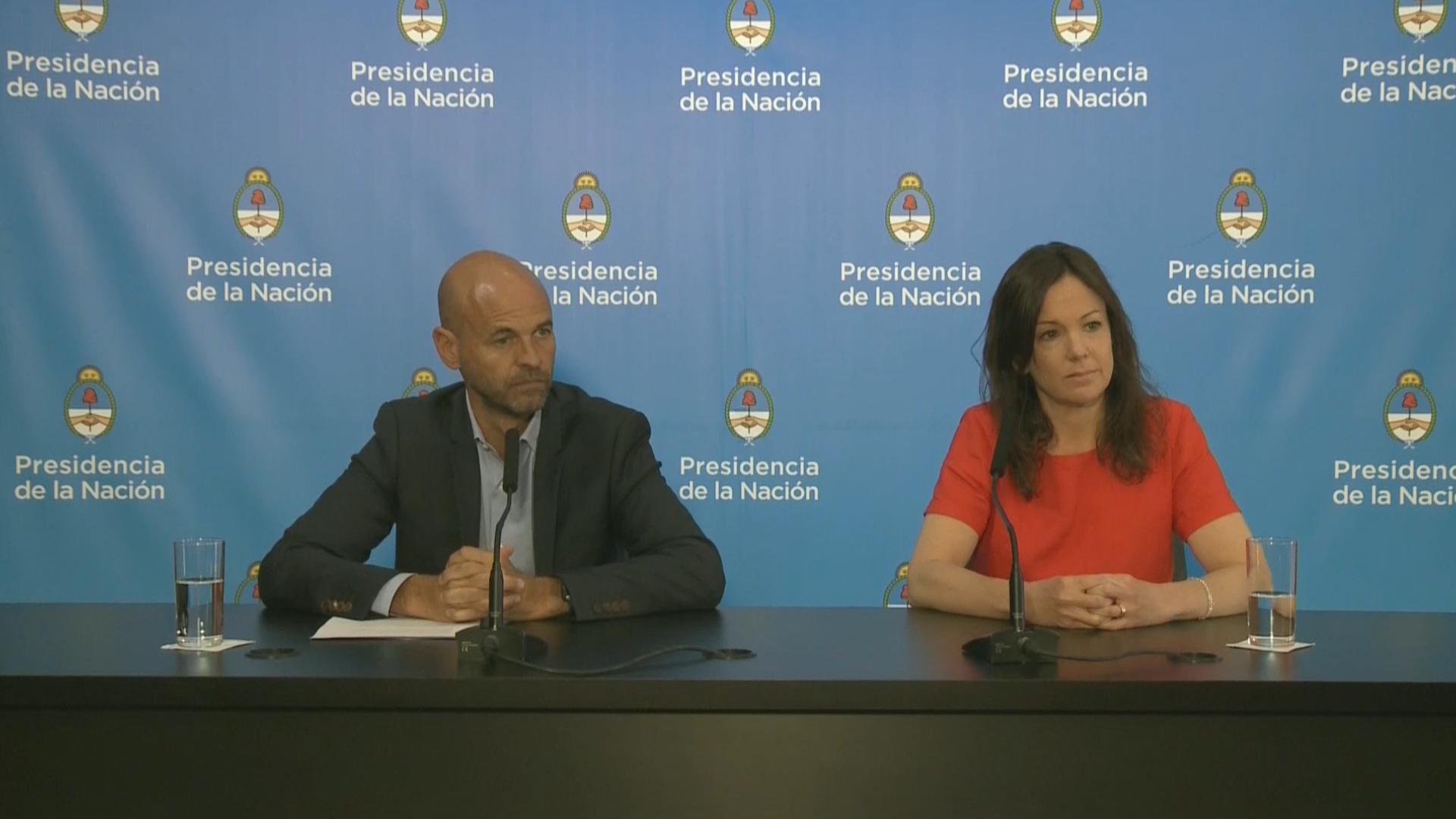Carolina Stanley ayer, junto al ministro Guillermo Dietrich, haciendo el anuncio en Casa Rosada de la campaña contra las relaciones violentas.