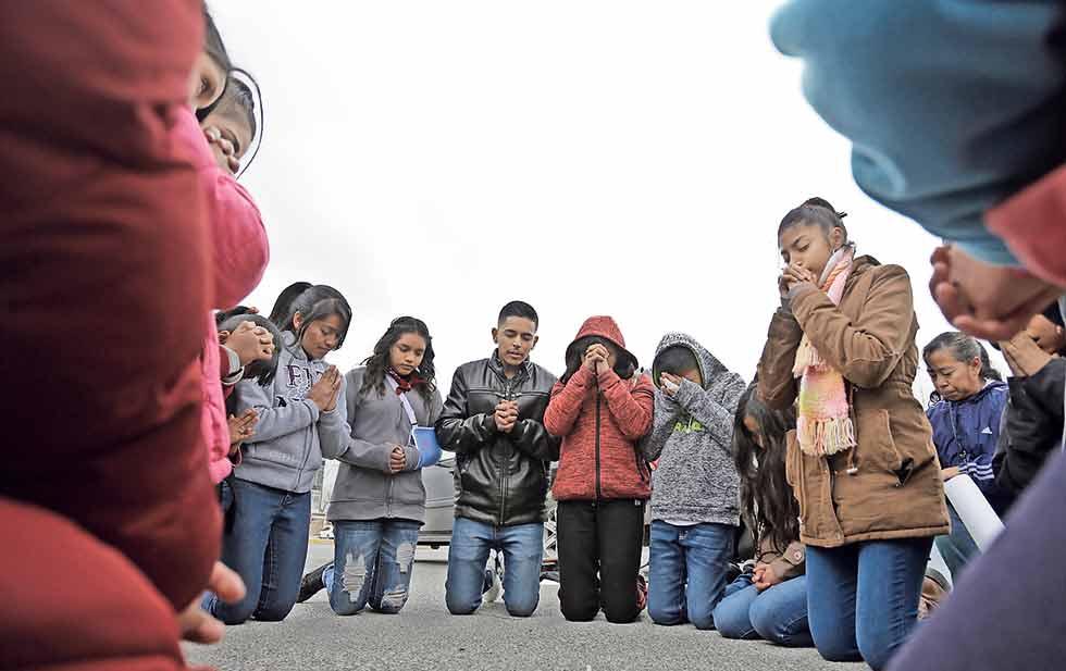 Los feligreses de la parroquia de Santa María de la Montaña se reunieron frente al penal para rezar por la libertad del padre Baca.
