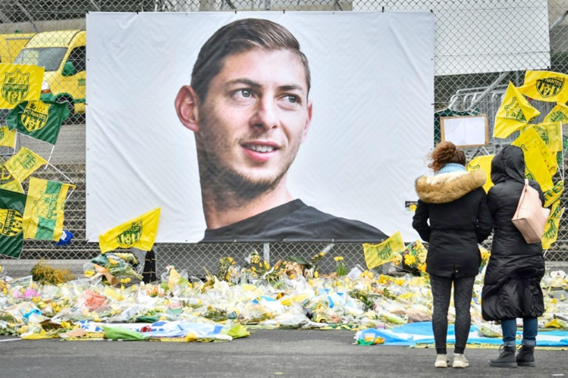 Flores en homenaje al argentino Emiliano Sala en el estadio Beauvoir de Nantes, Francia, el 8 de febrero de 2019 (AFP – LOIC VENANCE)