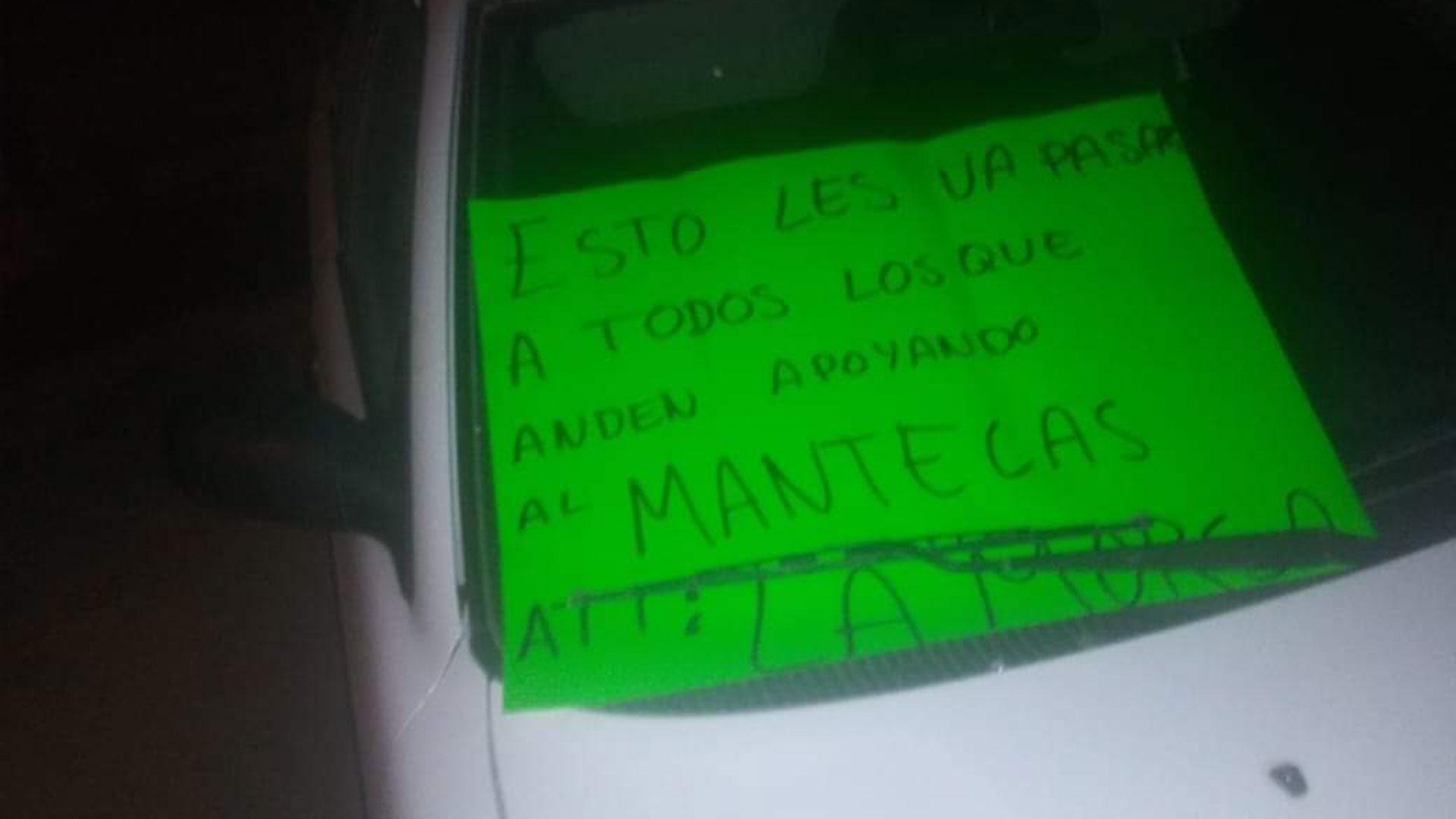 En cada uno de los cuerpos y en el vehículo dejaron el mismo mensaje de amenaza.