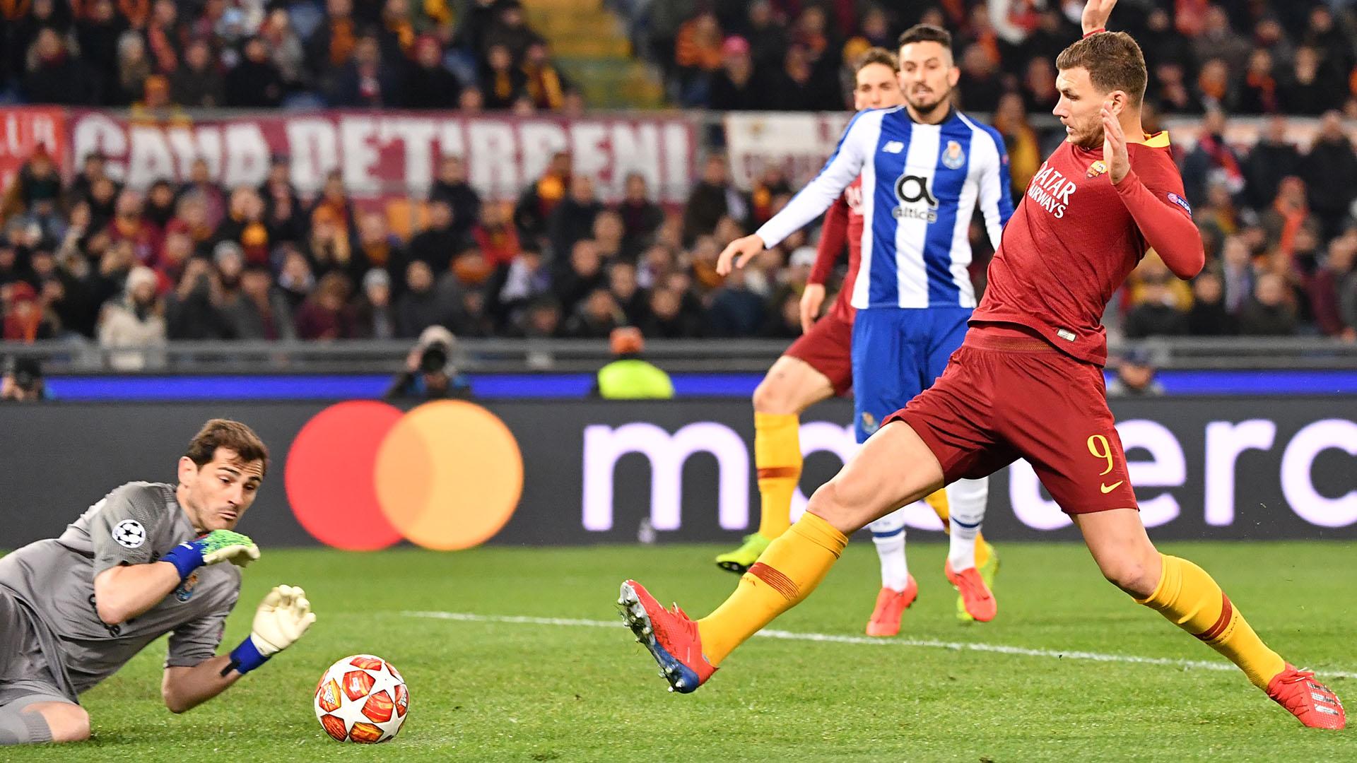 Dzeko y Casillas, una imagen que se repetirá en el partido de vuelta entre la Roma y el Porto. (Alberto PIZZOLI / AFP)