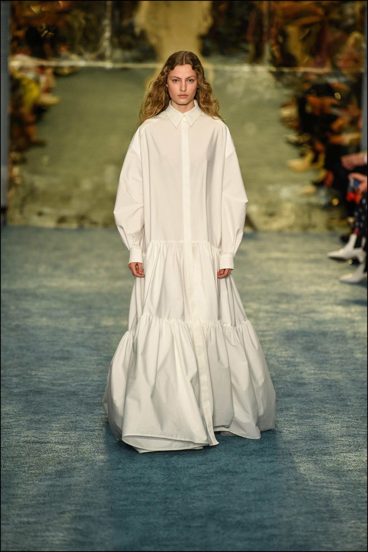 Cierre del desfile: maxi vestido camisero de corte oversize.