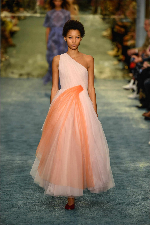 Vestido de un hombro ceñido a la cintura, de donde salía una discreta cascada de tejido anaranjado.