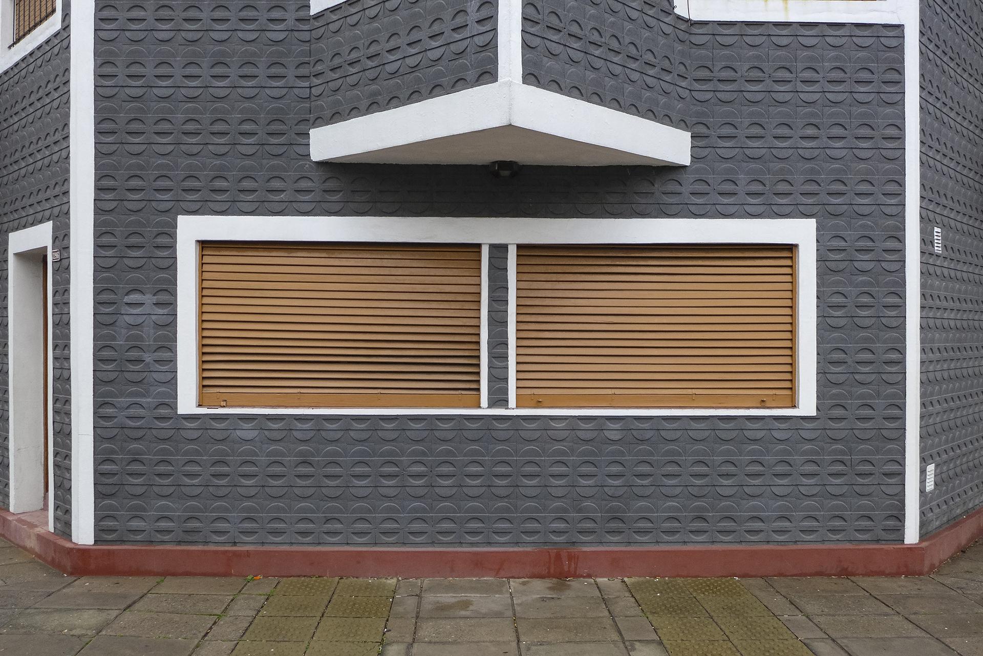 Ochava gris con dos ventanas (Caballito, BA, 2018)