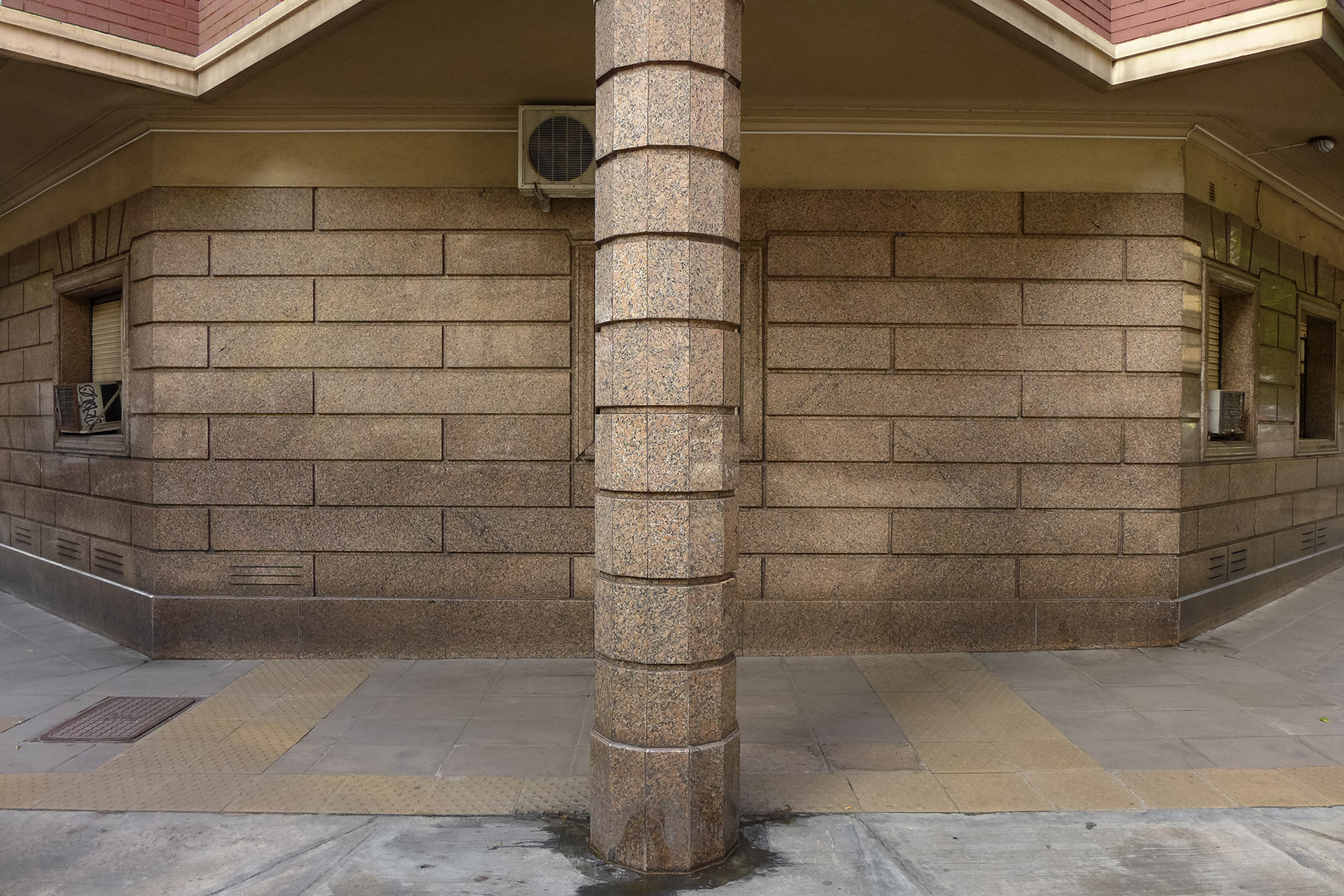 Ochava marmolada con columna (Recoleta, BA, 2018)Facundo de Zuviría