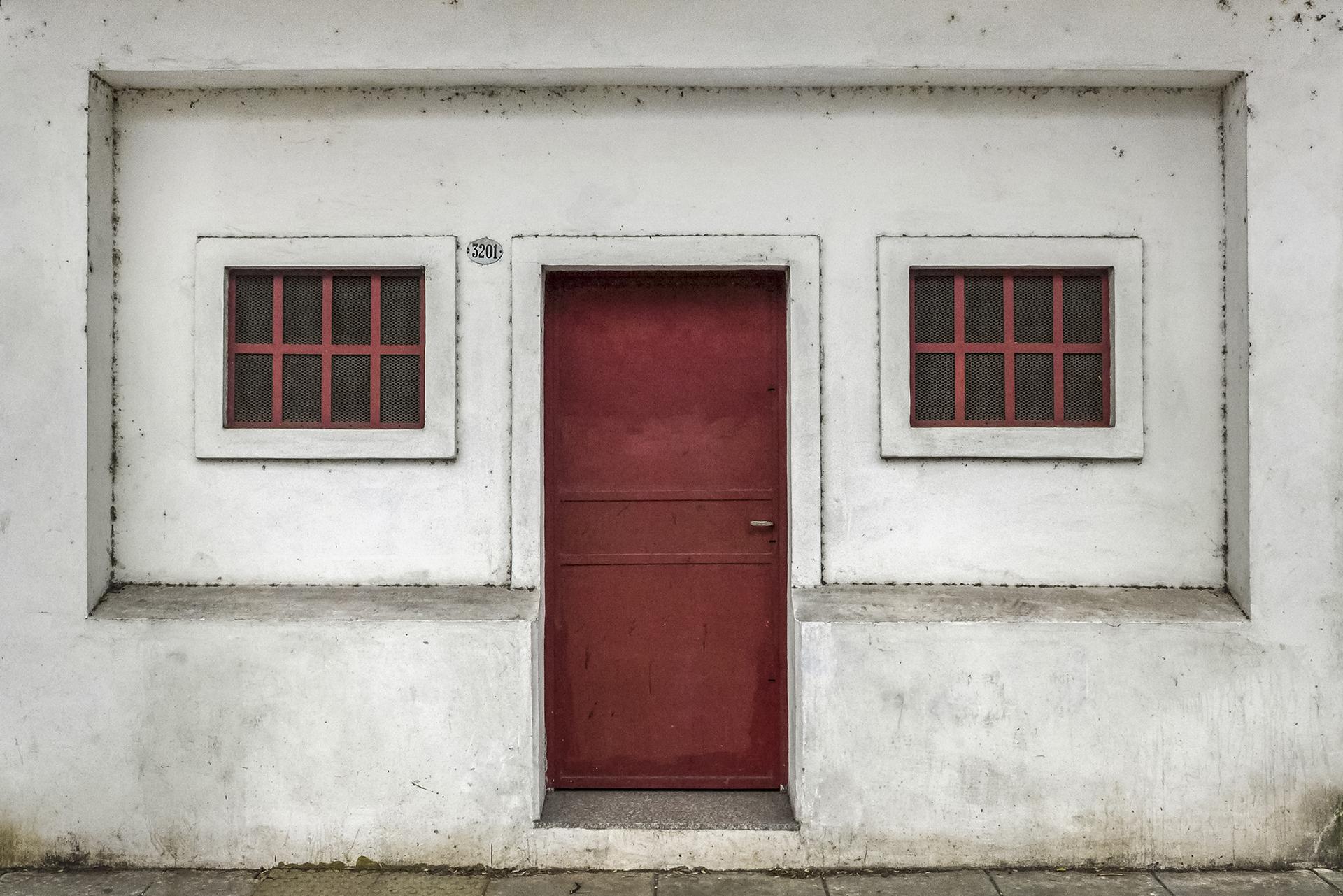Frente con puerta roja y dos ventanas (BA 2018)
