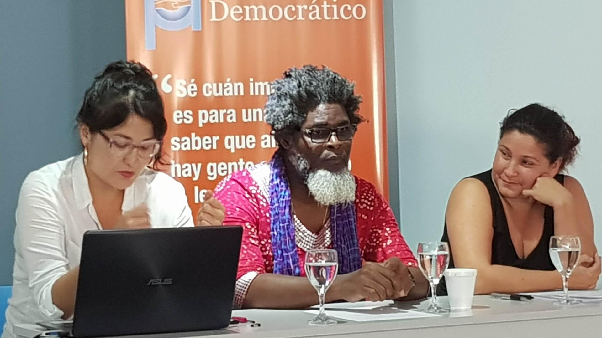 """El poeta Amaury Pacheco y la actriz Iris Ruiz (der) en la conferencia sobre """"Derechos culturales y desafíos a la libertad artística en Cuba"""", junto a Diana Arévalo, Coordinadora de Proyectos de CADAL"""
