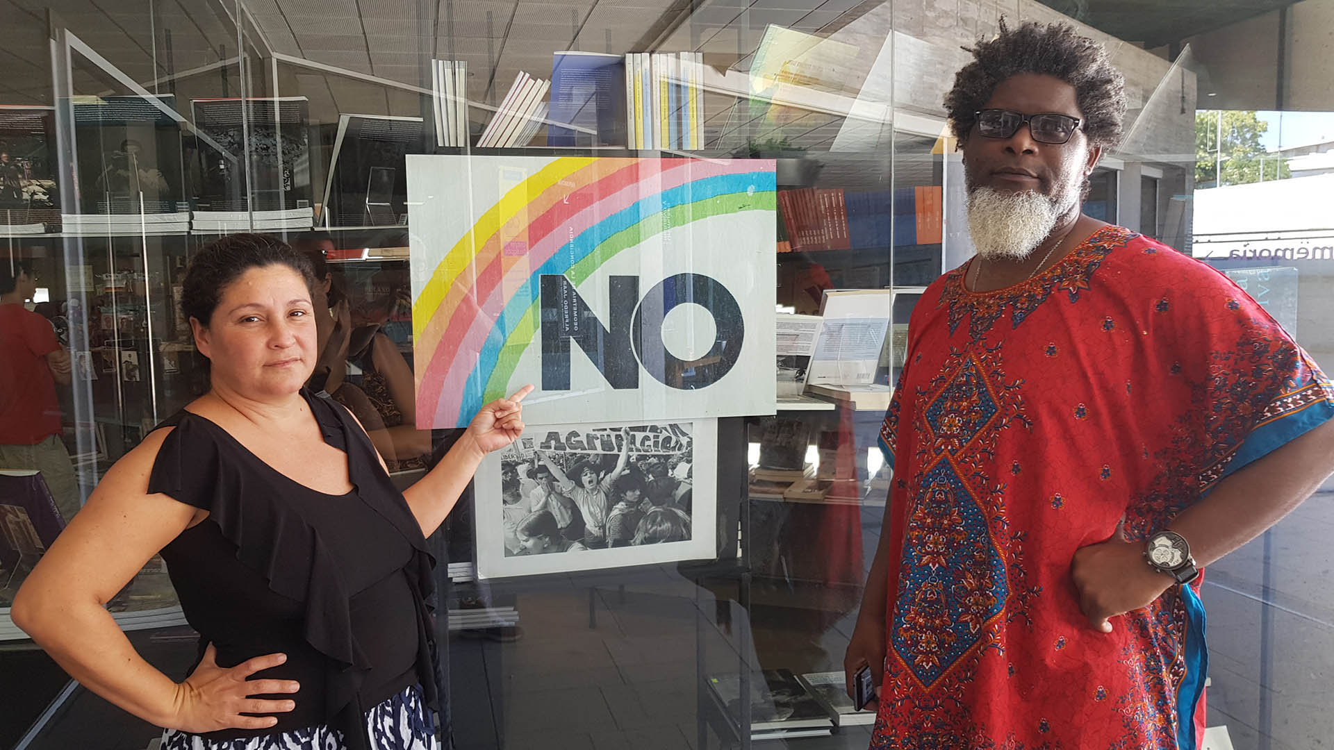 Los artistas cubanos Iris Ruiz y Amaury Pacheco con el afiche que compraron en Santiago de Chile y que les fue decomisado al regresar a Cuba