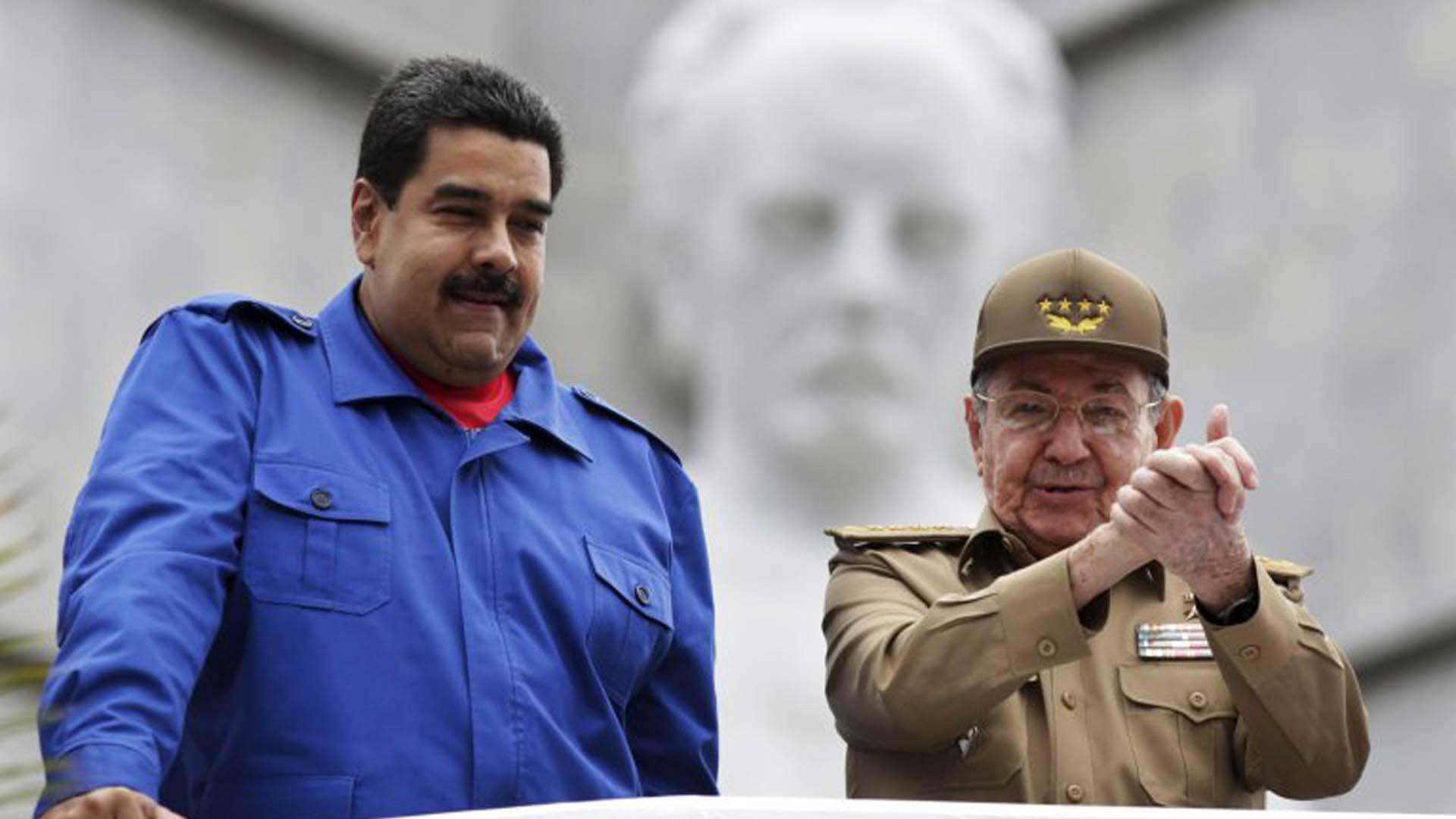 Madurojuntoal líder cubano, Raúl Castro. Foto: AFP.