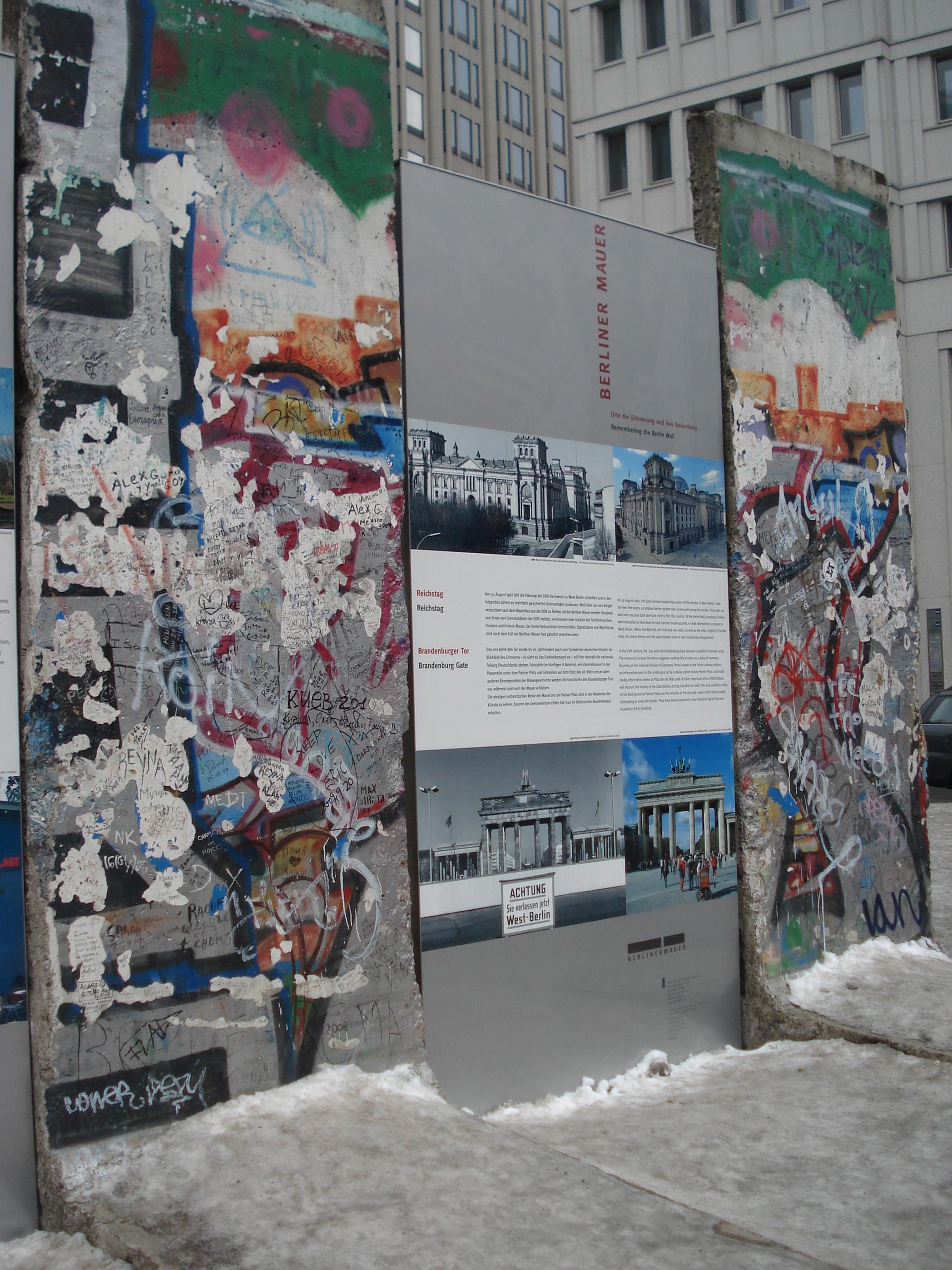 La franja del memorial del muro se extiende por algo más de un kilómetro y significa la división de Berlín Oriental y Occidental hasta la reunificación a fines de los años ochenta