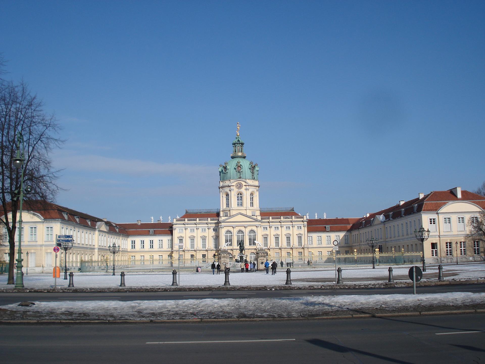 El Palacio de Charlottenburg, en homenaje a Sophie Charlotte, la primera reina consorte en Prusia, sufrió daños durante la guerra, pero fue reconstruido