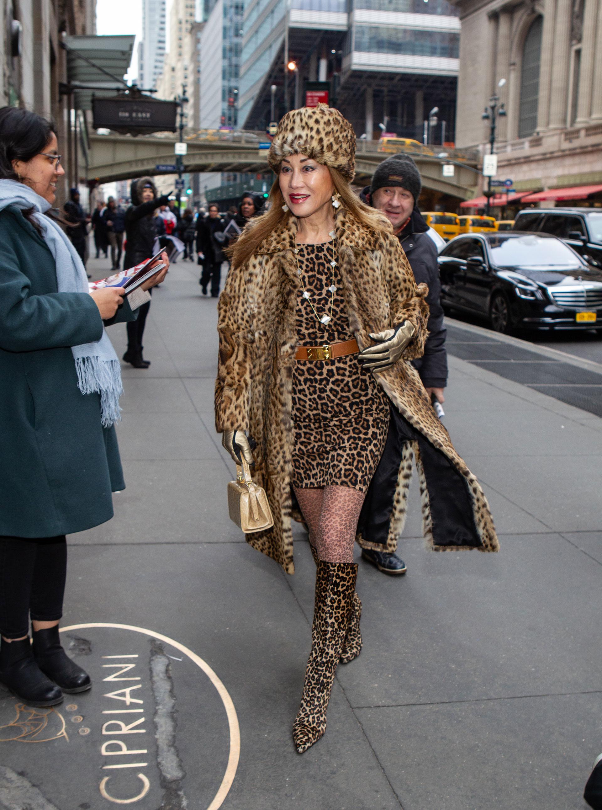 """Total look animal print de leopardo. El """"menos es más"""" está fuera de juego y devaluado en el street style en NYFW. Desde las botas, las medias de nylon hasta el tapado y el gorro de piel, todo del print del felino"""