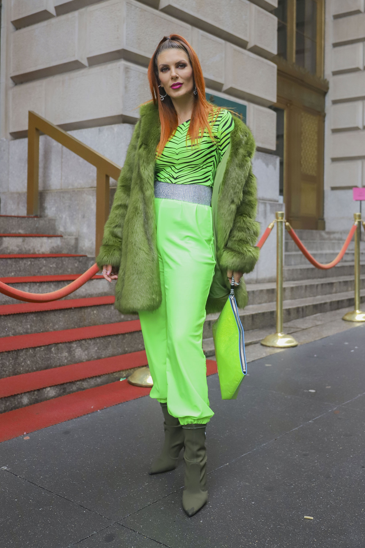 """Total look en tonalidades verdes. Tapado estilo """"yeti"""" para combatir las bajas temperaturas. Las botas media Balenciaga. Pantalones babucha flúor con faja plateada y camiseta de animal print de cebra de lycra. Como accesorio, un maxi sobre, también en verde flúor"""