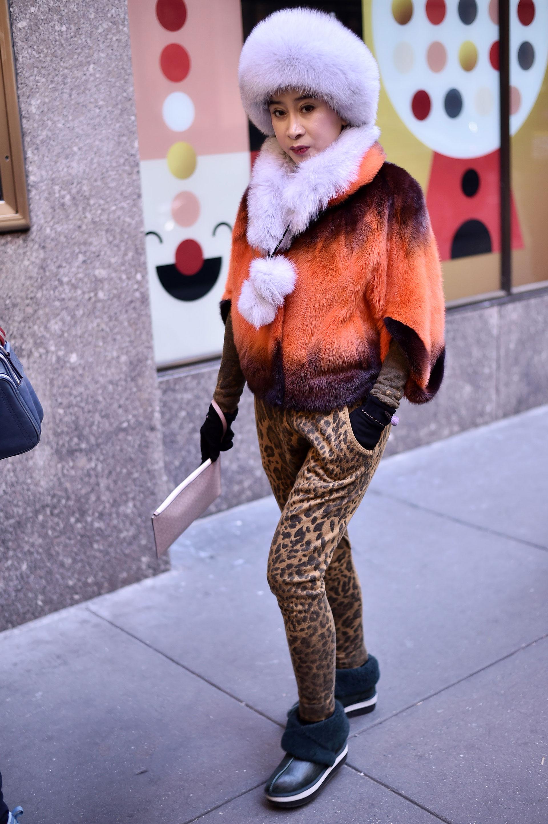 Las pieles también toman gran protagonismo en la Gran Manzana por las bajas temperaturas que hay en el invierno. Gorros al estilo ruso con bufandas y tapados en degradés de rojos y naranjas