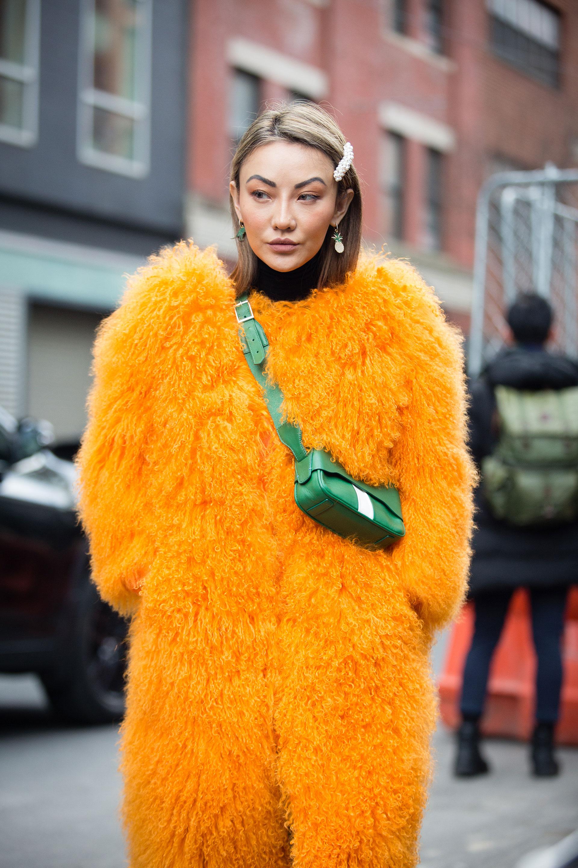 Yeti style afro en naranja y mini bag en verde con hebillas, la tendencia para el cabello que volvió con todo