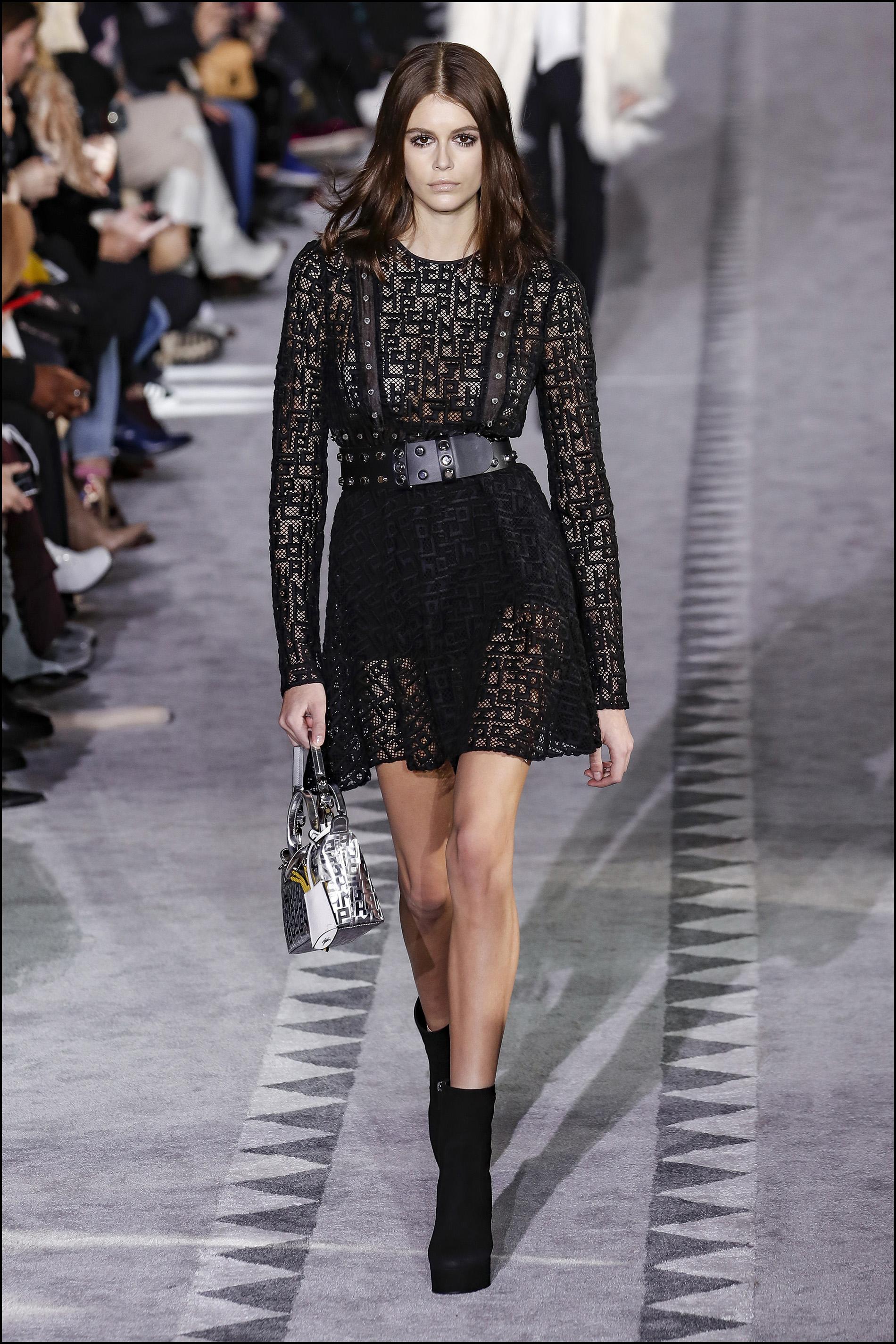 Impactante, Kaia Gerber sobre la pasarela del fashion week de Nueva York