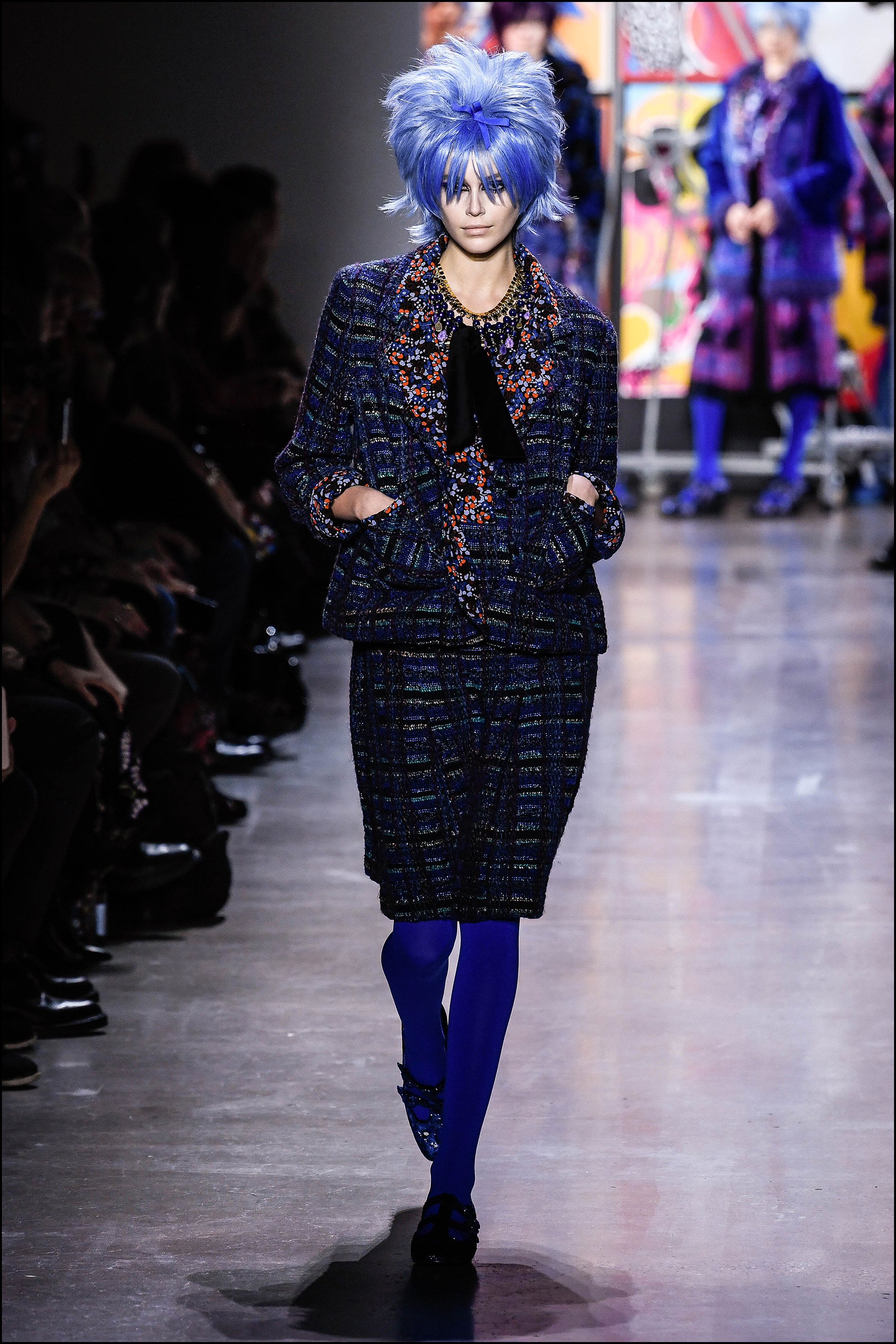 Kaia Gerber con peluca azul y chaqueta y falda tartán.