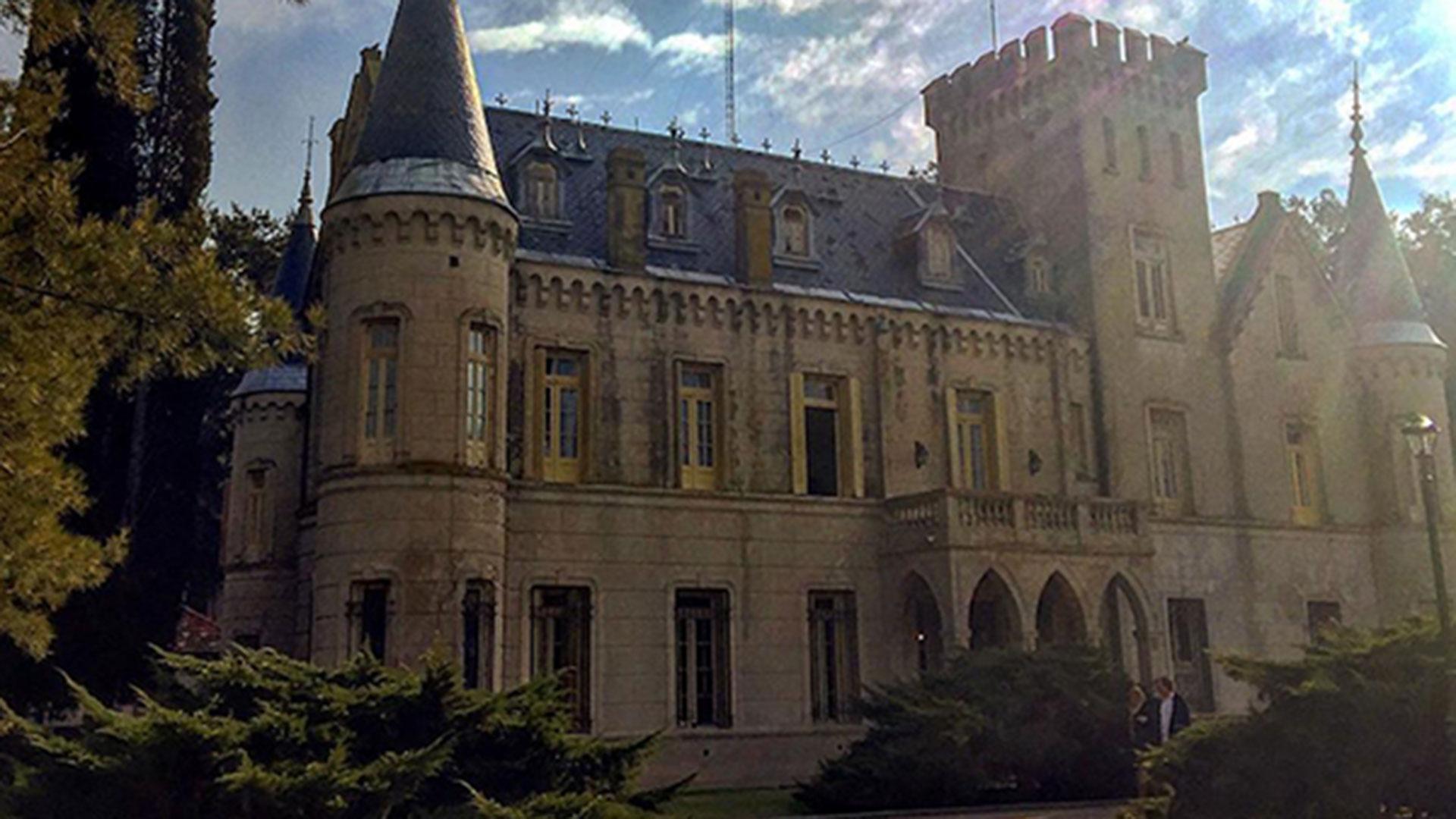 La fachada de estilo ecléctico con ornamentos franceses, italianos y la torre de agua