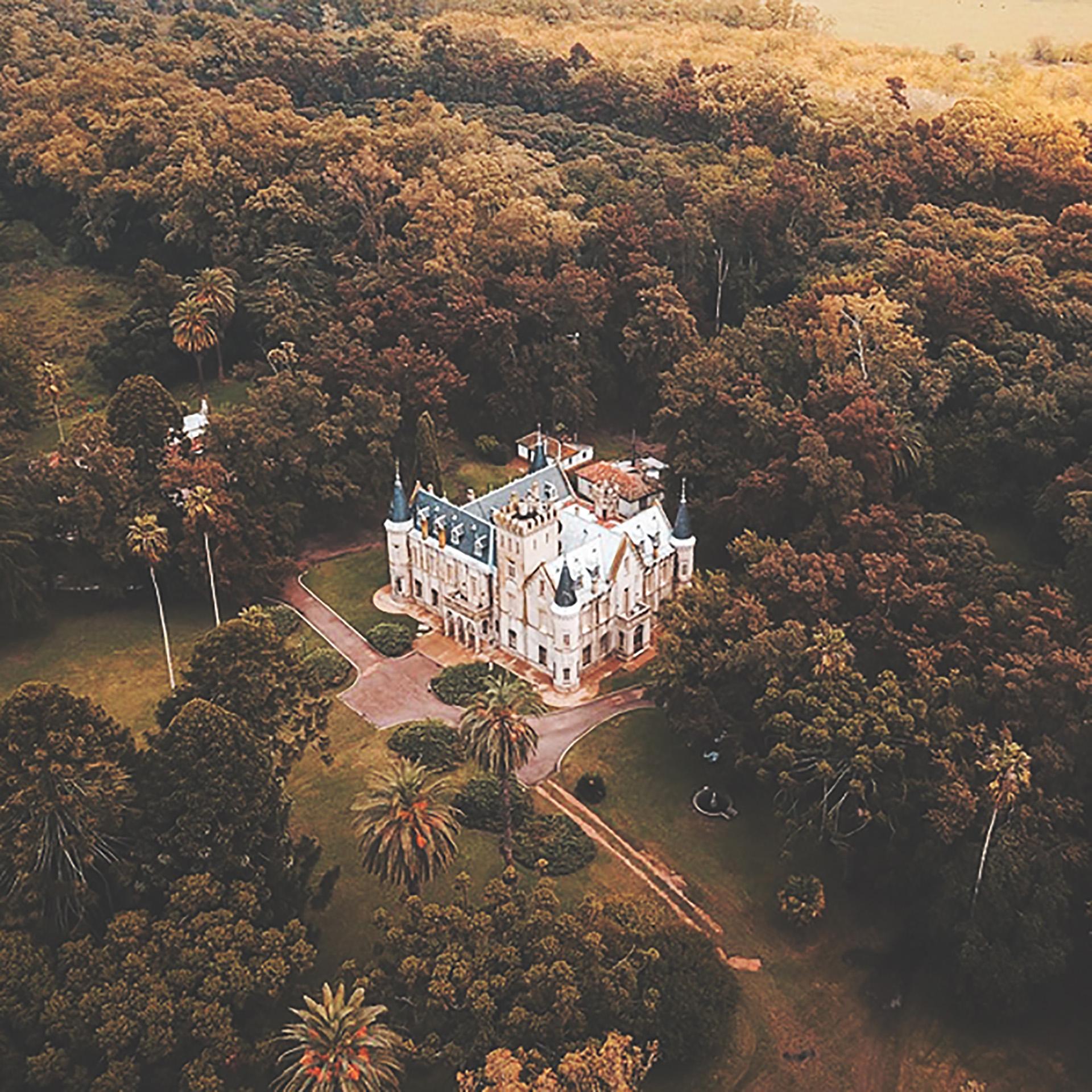 Vista aérea del castillo rodeado de su imponente vegetación