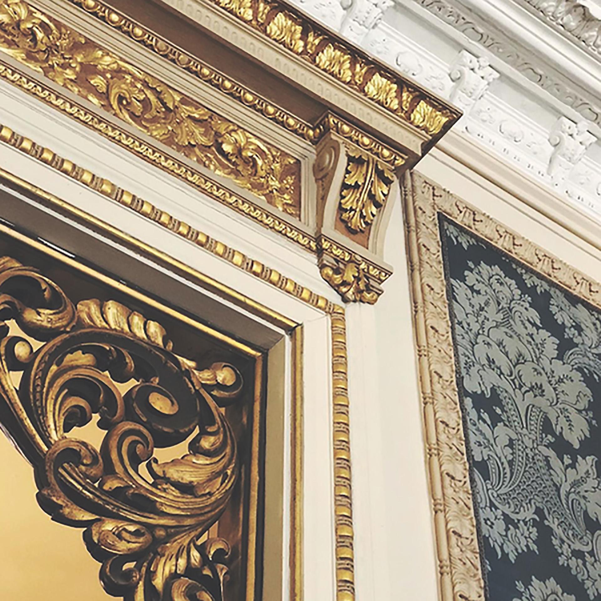 Ornamentos bañados en oro visten las modularas del comedor