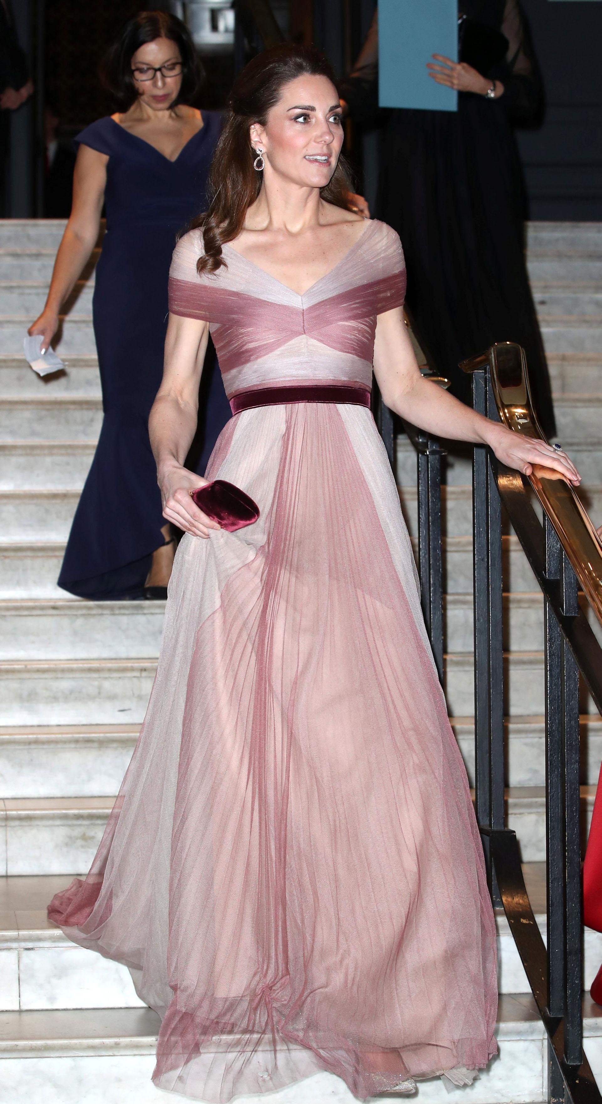 La duquesa combinó su clutch con el cinto, que destacaba su estilizada figura
