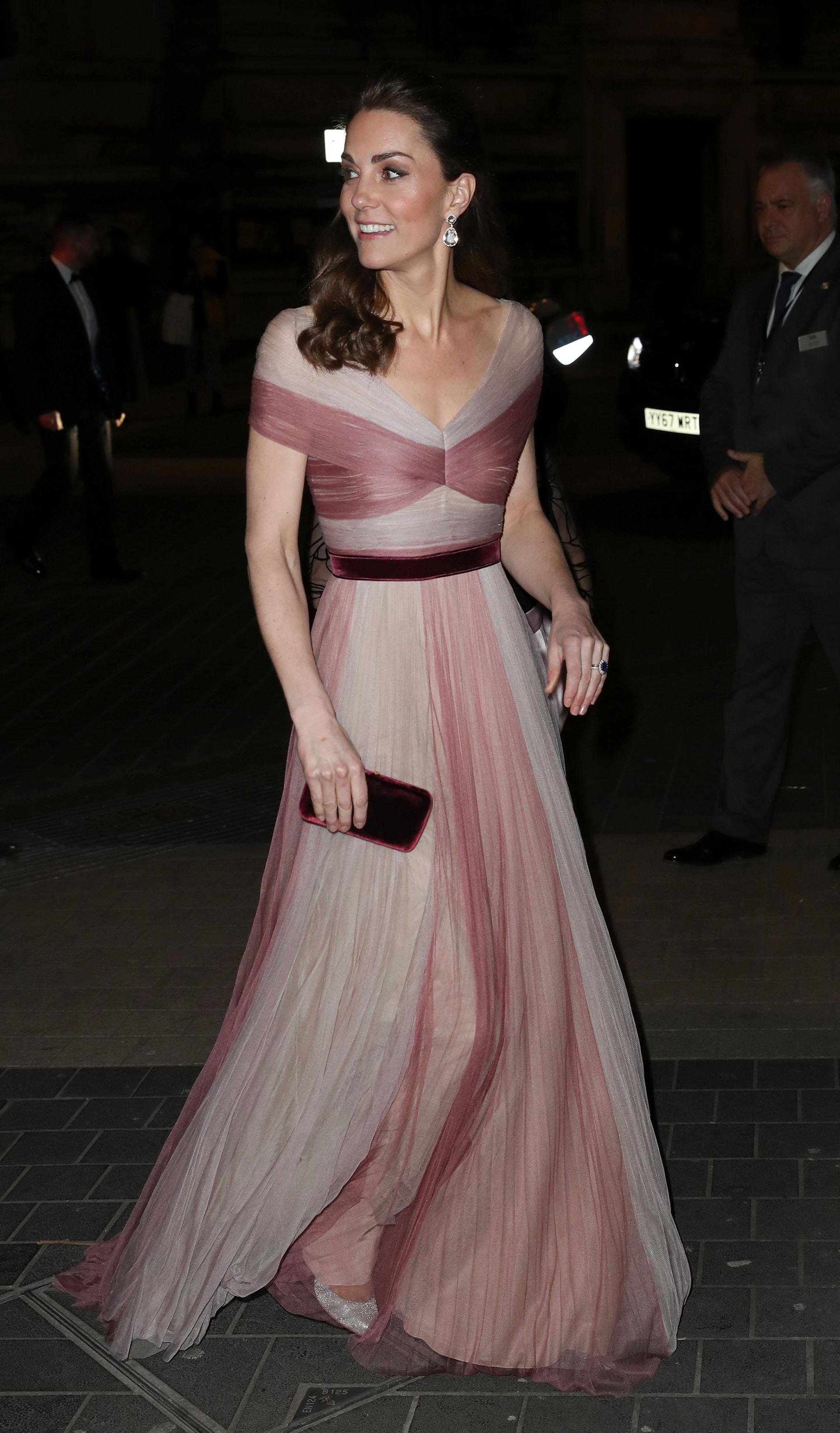 La duquesa impactó con un fabuloso vestido bicolor de Gucci, que acompañó con stilettos plata