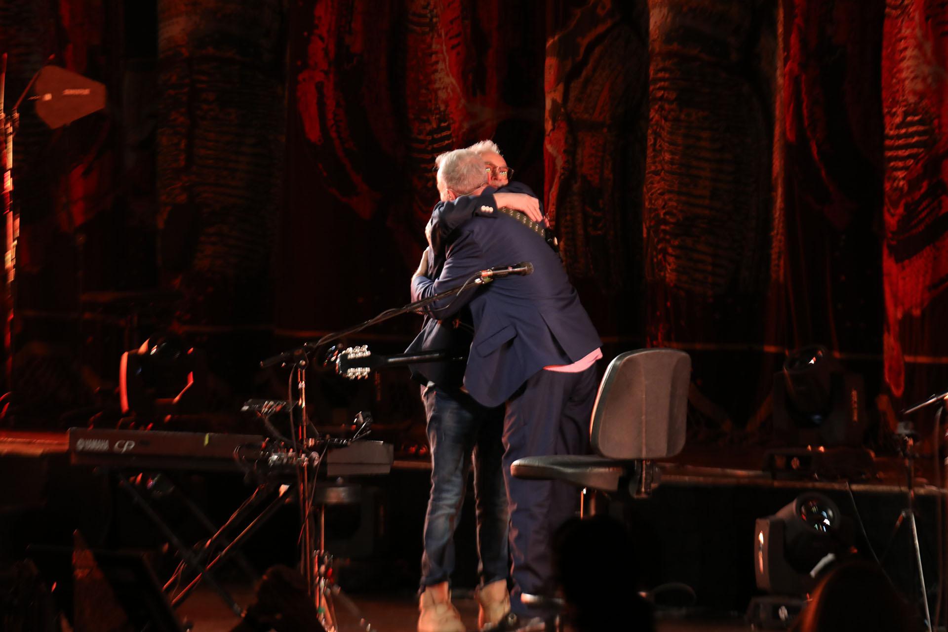 El saludo de David Lebón y Pedro Aznar en el Teatro Colón (Fotos: Christian Bochichio/Teleshow)