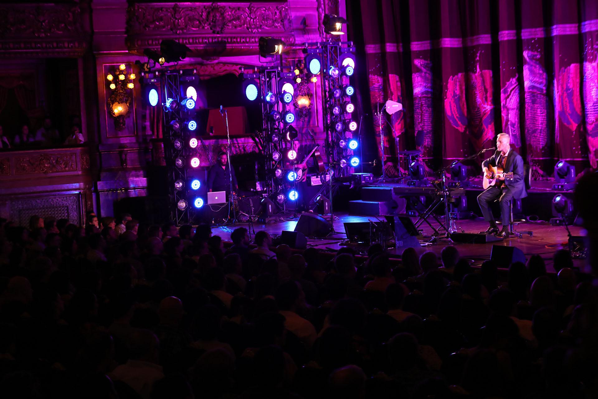 Pedro Aznar se presentó en el Teatro Colón con un gran concierto en el cierre de su gira Resonancia