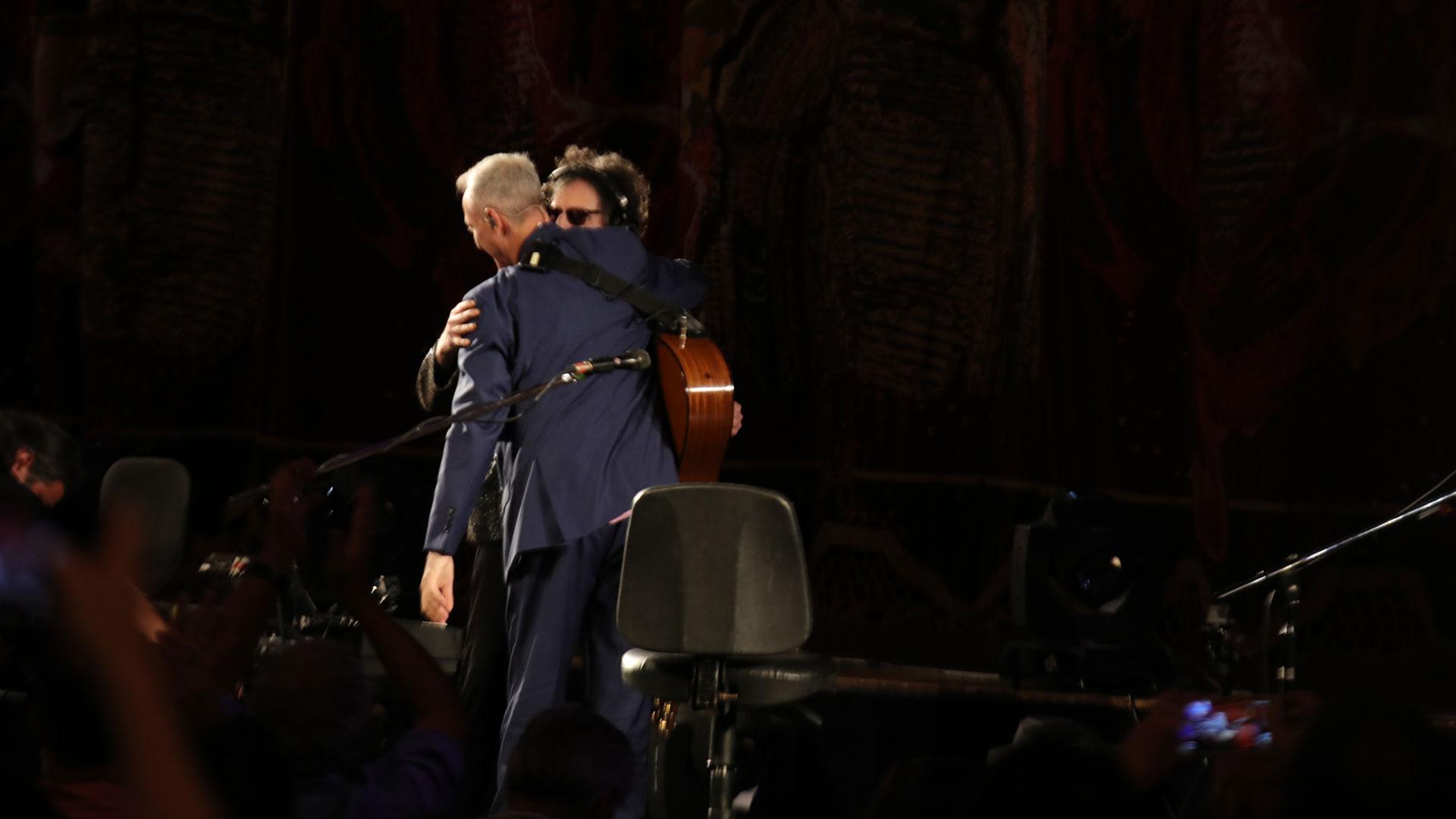 El saludo de Charly García con Pedro Aznar en el escenario del Teatro Colón