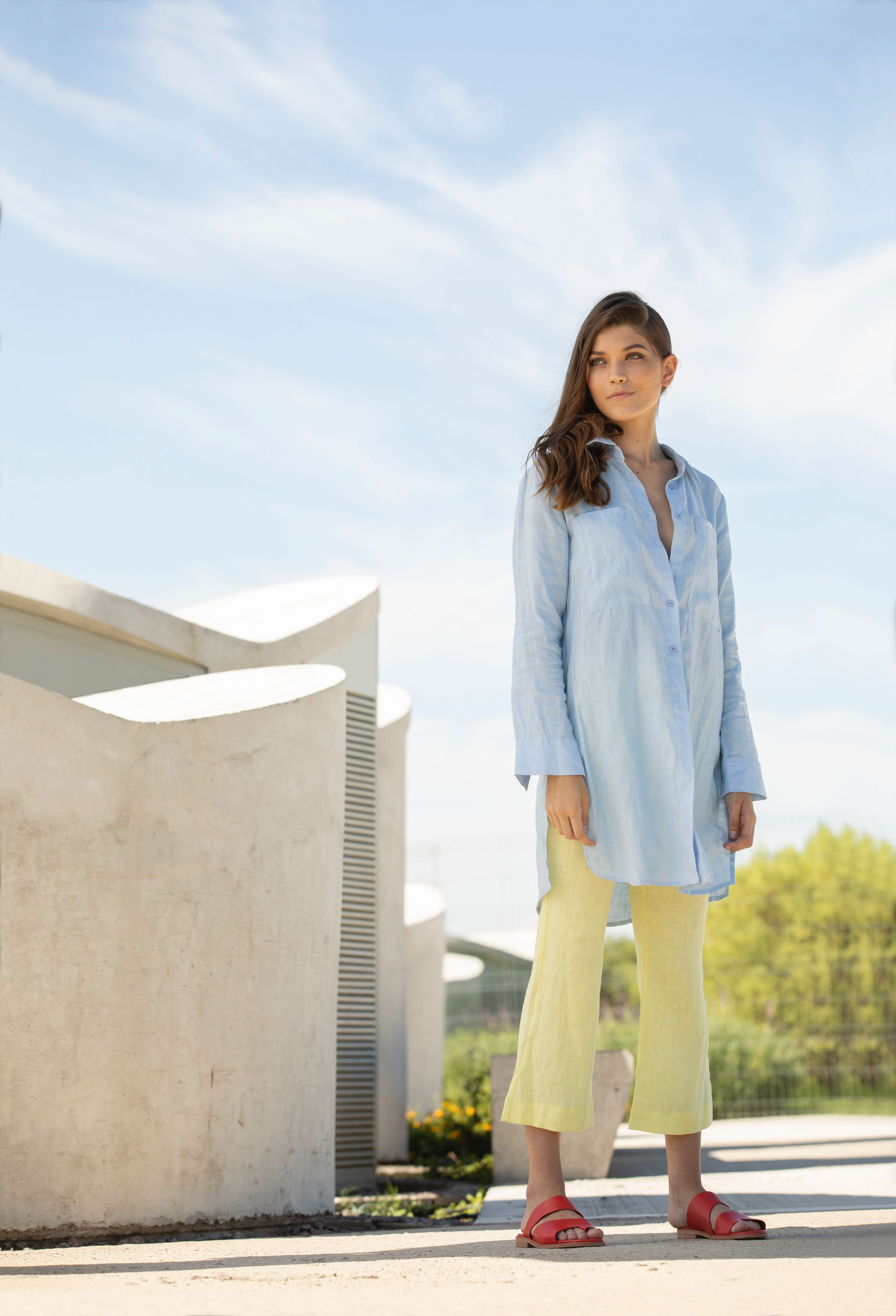 Camisa larga de lino (Vitamina), pantalón anchode lino ($ 1.998, Ayres) y chatas alcolchonadas de Lycra ($ 1.995, Las Pepas).