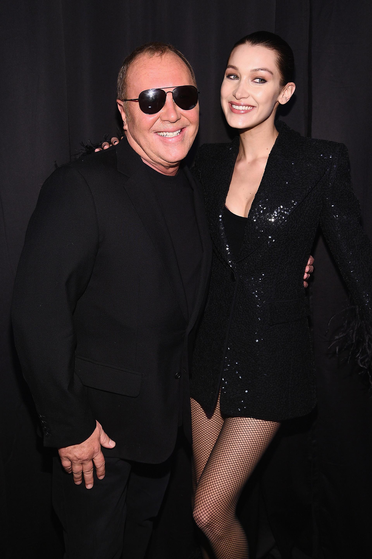 """Michael Kors junto a la modelo Bella Hadid posan en el backstage del """"Michael Kors Collection Fall 2019 Runway Show"""", que se llevó a cabo en Cipriani Wall Street"""