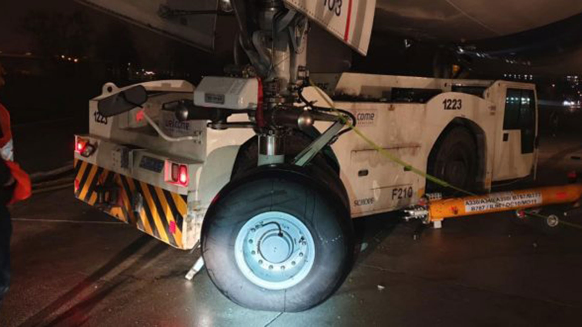 El vehículo que chocó al avión