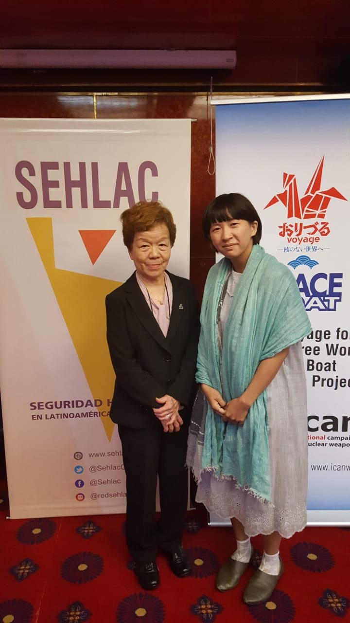 "Junko Watanabe junto a Kei Moriyama, ""hibakusha"" y nieta de ""hibakusha"" (Peace Boat)"