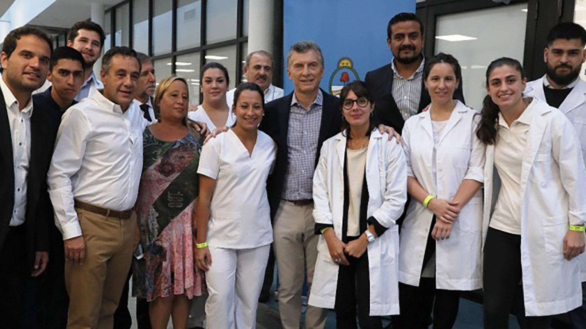 Mauricio Macri, en el Centro Nacional de Simulación Clínica junto a médicos y enfermeros