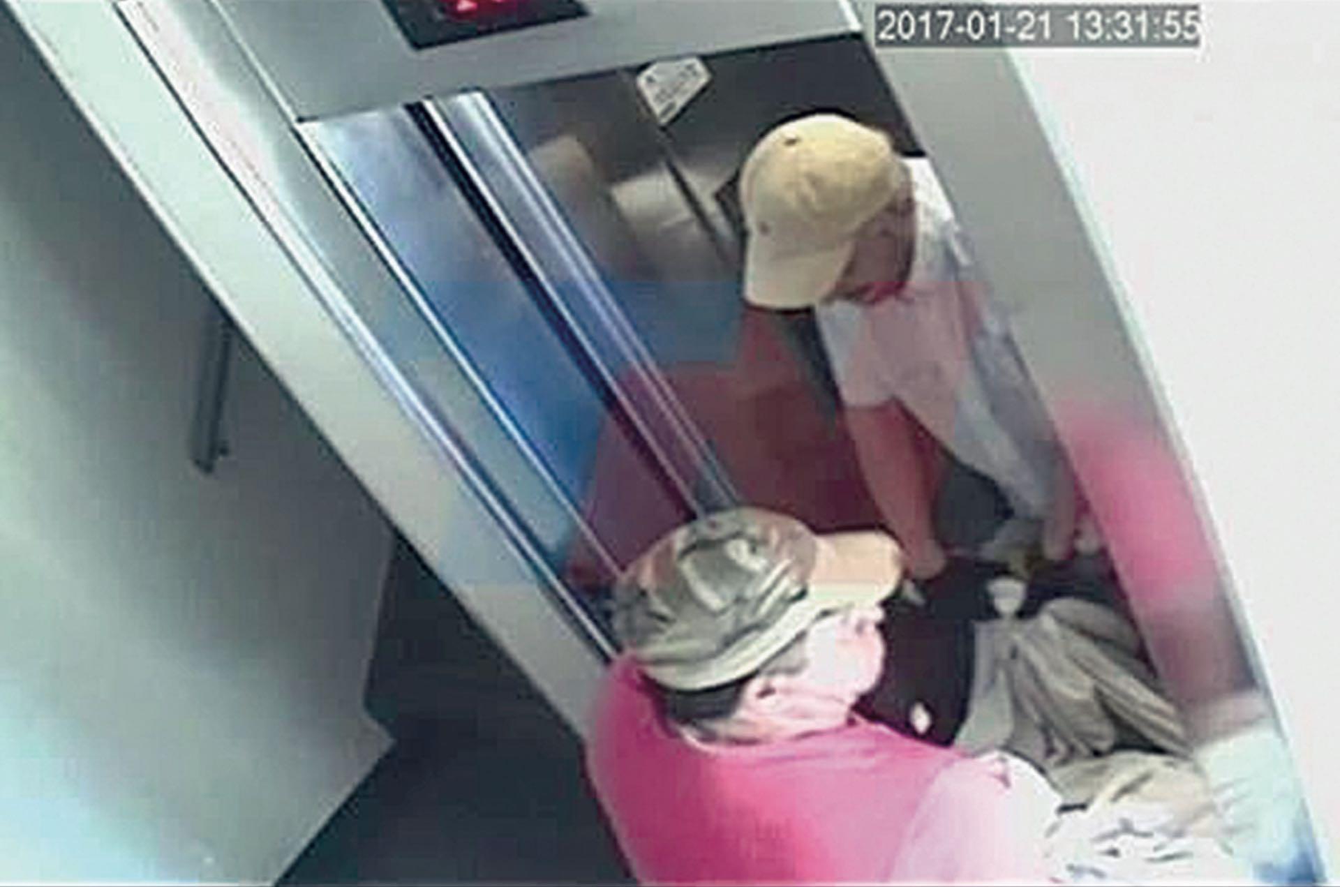 Santiago Corona y Pedro Ramón Fernández Torres arrastrando el cuerpo del empresario español envuelto en sábanas por el ascensor del edificio de Caballito.