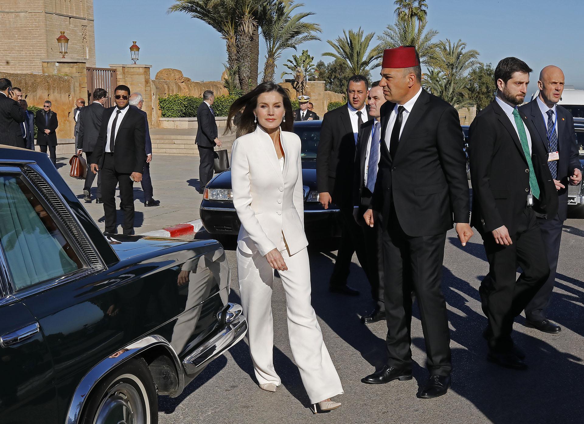 Al elegante traje de Armani lo acompañó con stilettos crudos