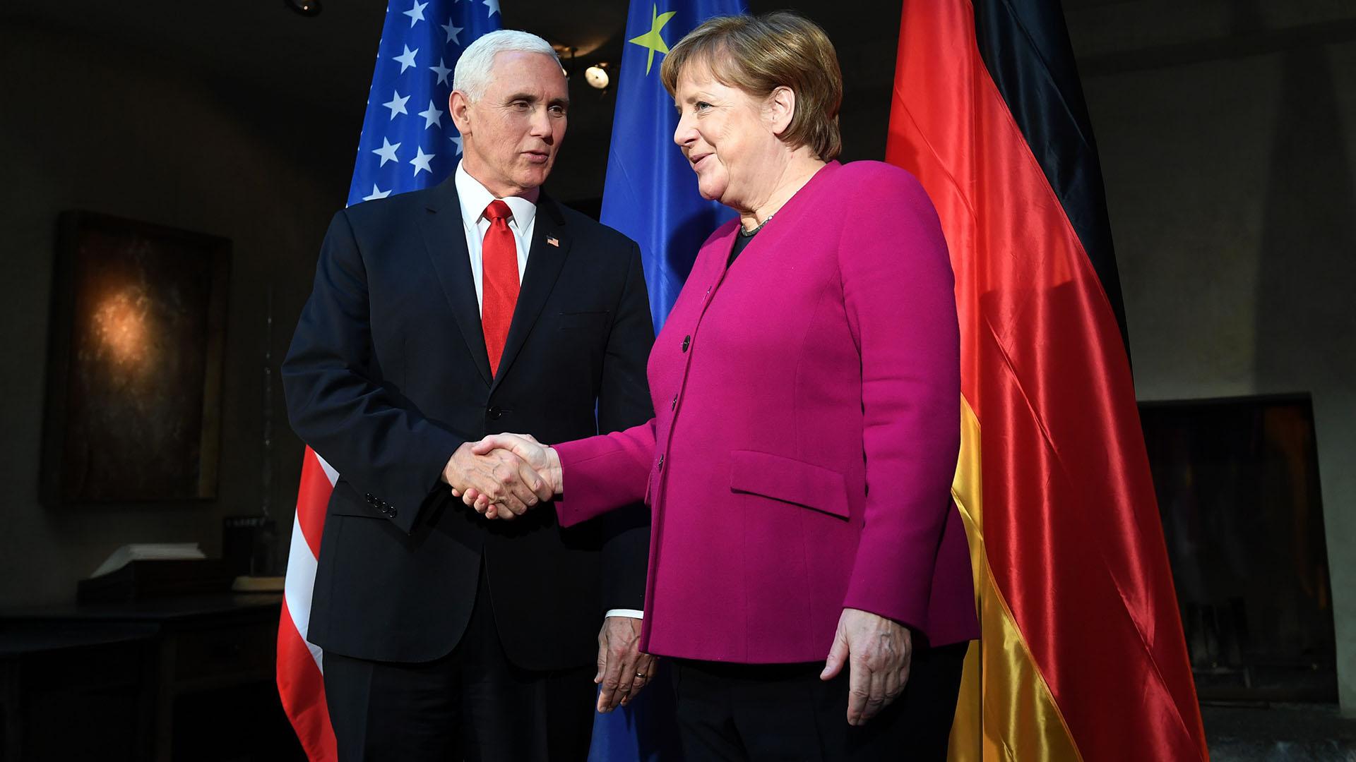 Pence saluda a Angela Merkel (AFP)