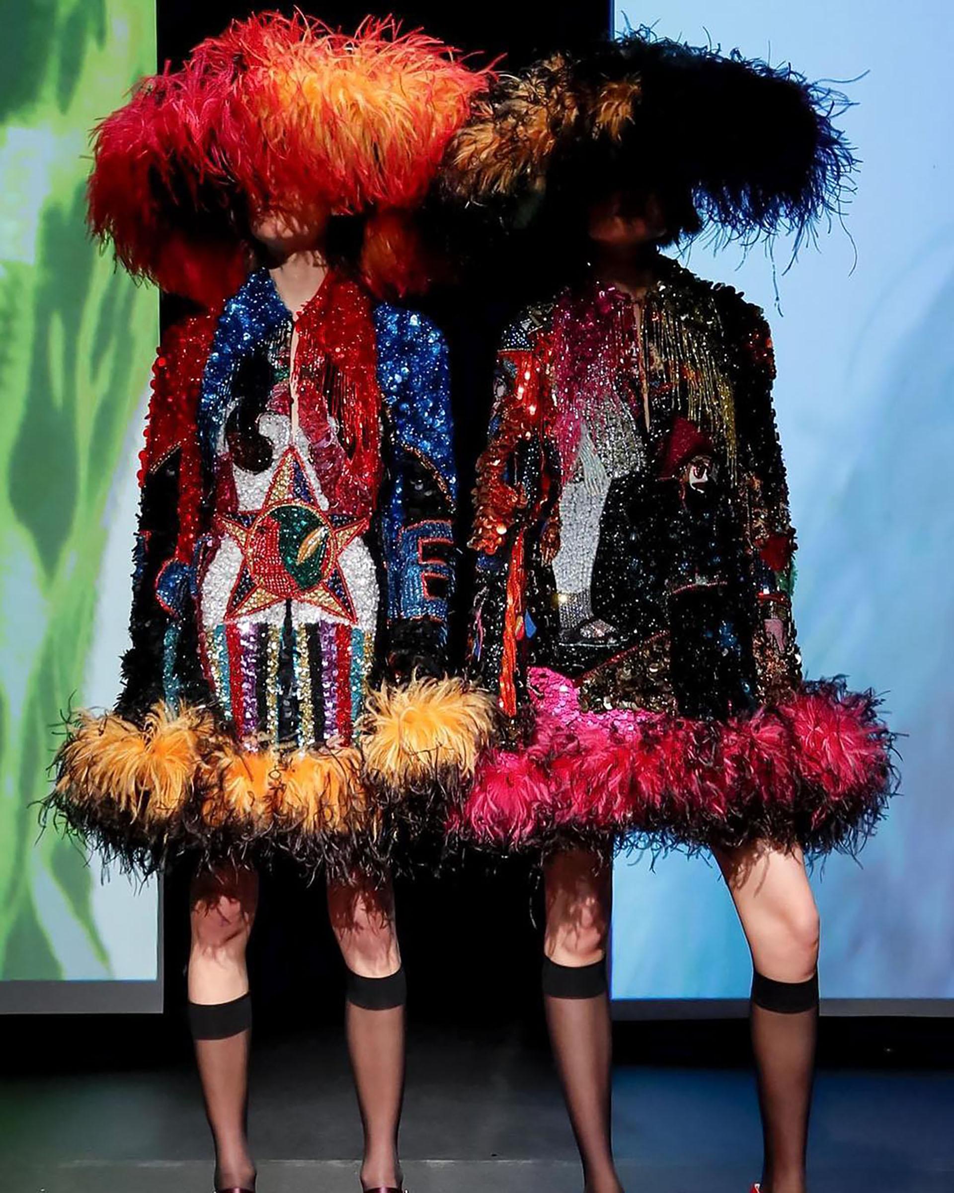 Vestidos relucientes con detalles recortados fueron presentados junto con vestidos de plumas y combinados con sombreros a juego (Instagram: @eletrikhman)