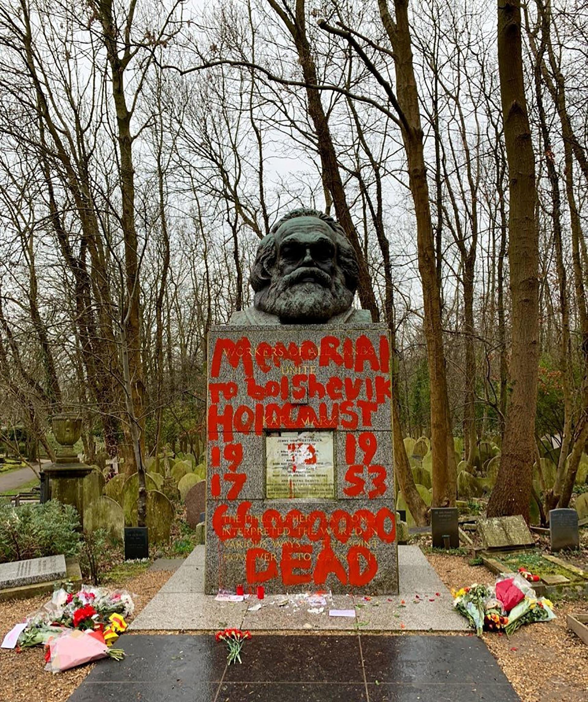 """""""Doctrinas del odio"""" y """"Arquitecto del genocidio"""" fueron algunas de las frases escritas en la tumba (Reuters)"""