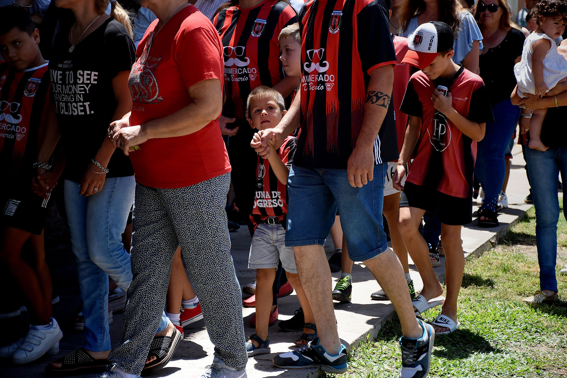 Amigos, vecnios y familiares con la camiseta de San Martín, el club que lo vio nacer