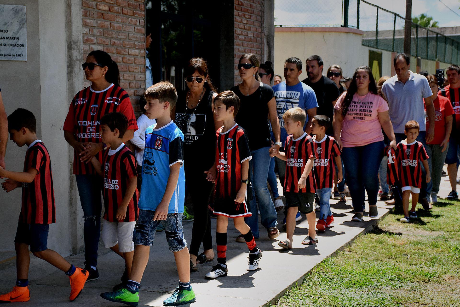 Padres e hijos hicieron cola para despedir al futbolista