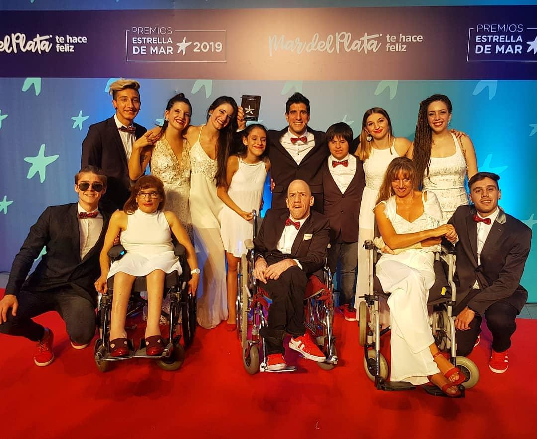 El elenco de Hermosamente Diferentes tras recibirel premio Estrella de Mar
