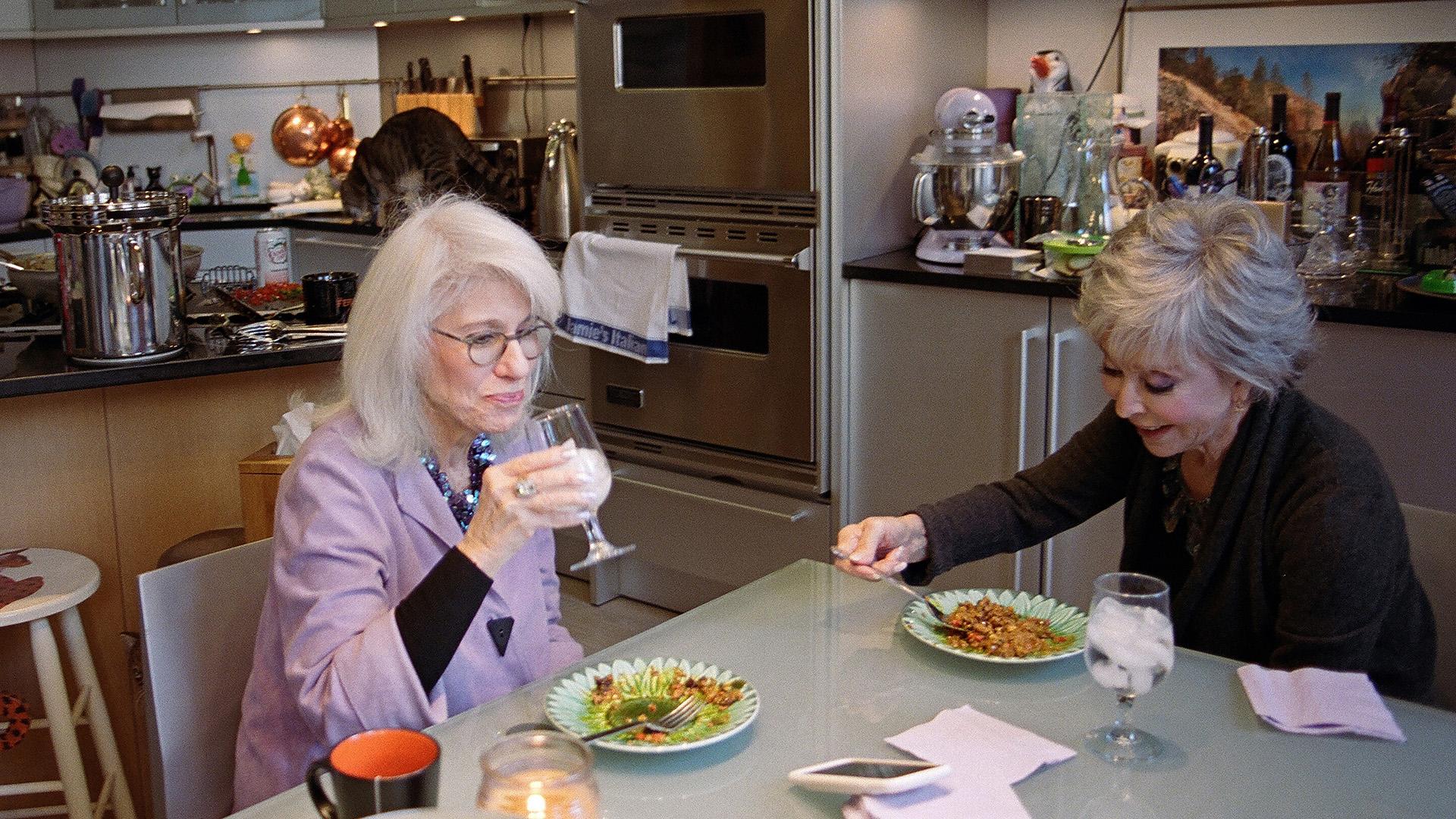 Moreno come la paella que acaba de cocinar, con Jamie deRoy (Sabrina Santiago/The New York Times)