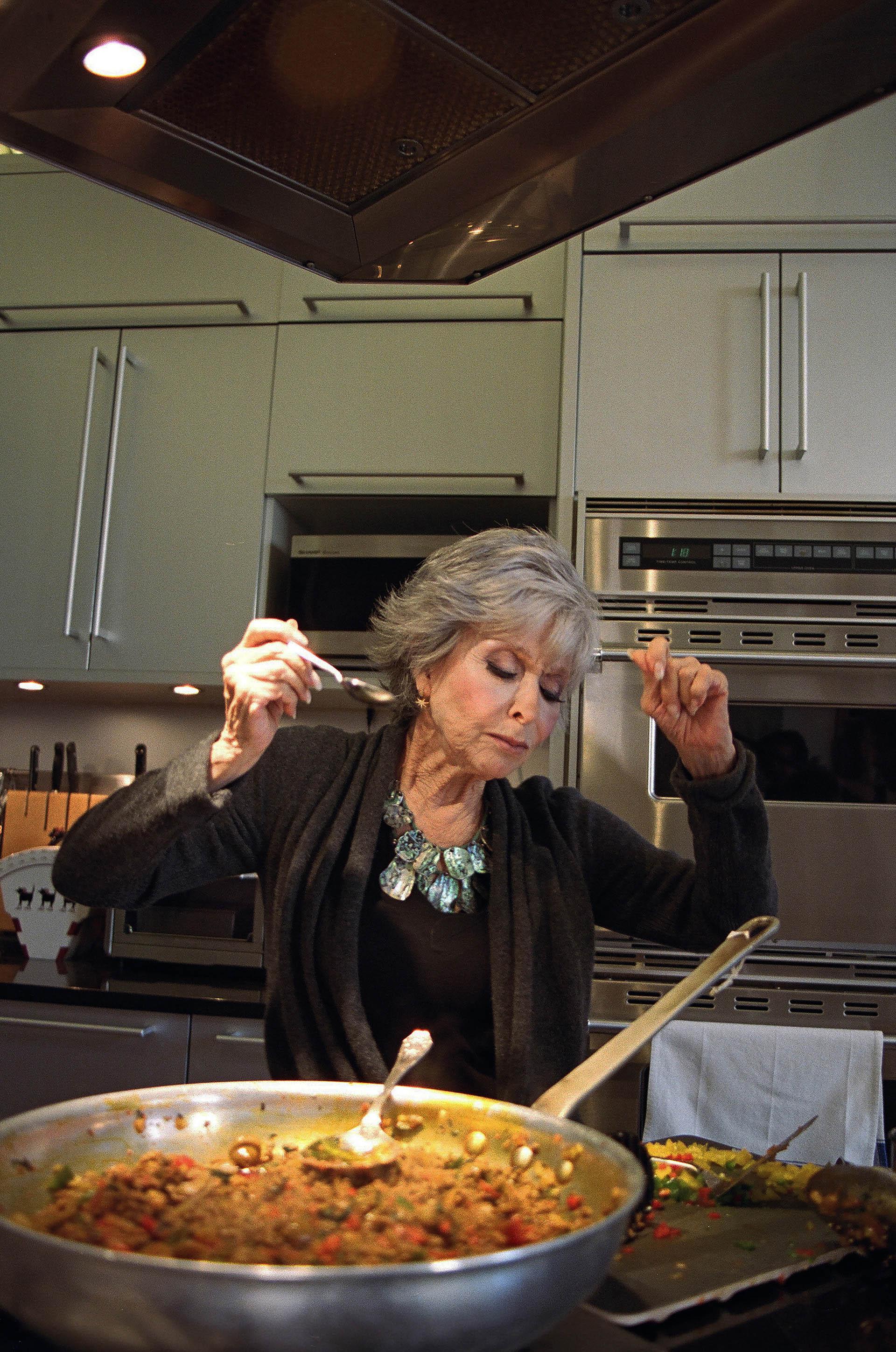 La actriz de 87 años brilla en la producción de Netflix (Sabrina Santiago/The New York Times)