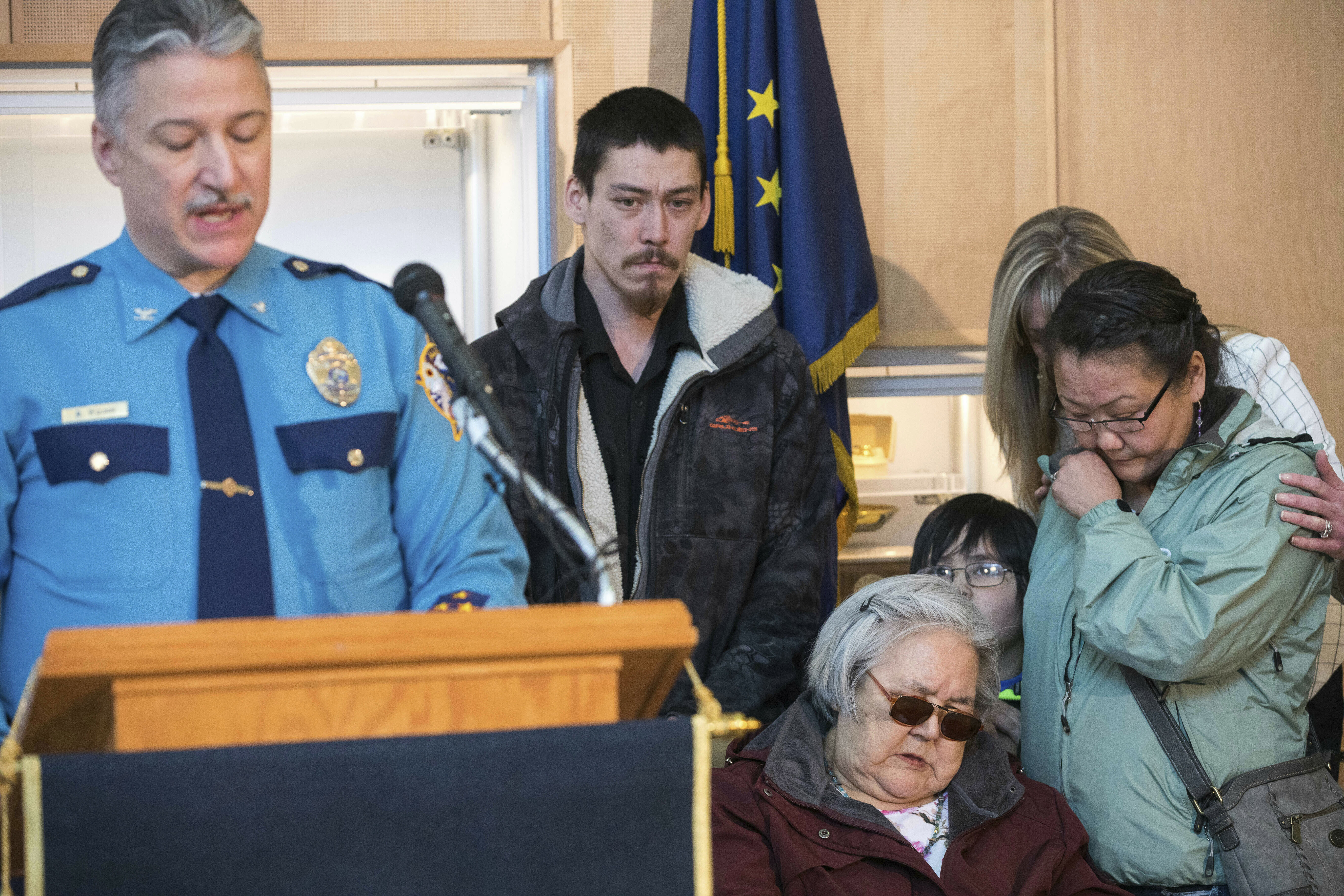 La familia de Sophie, presente en la conferencia de prensa en la que se anunció el arresto de Steven Downs (foto: Loren Holmes/Anchorage Daily News via AP)