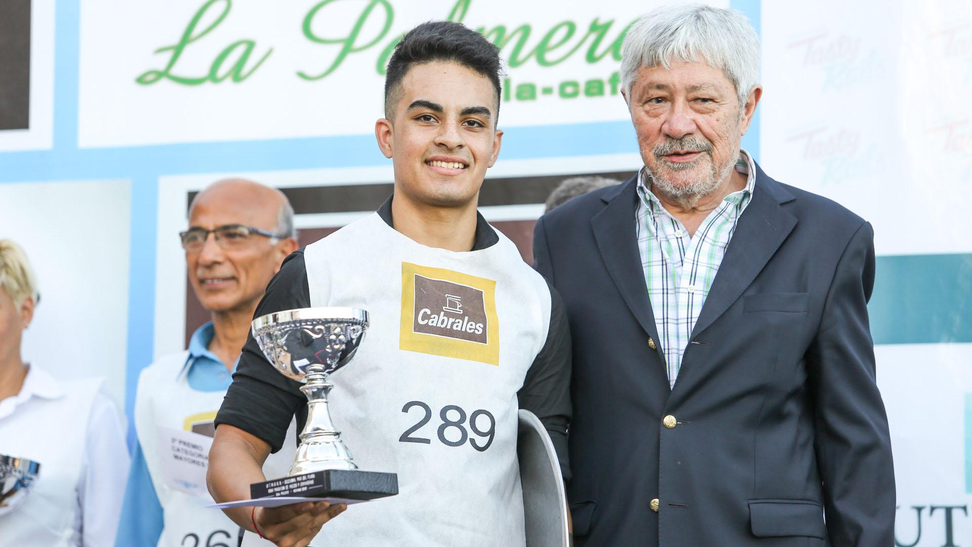 Dante Camaño, titular de los trabajadores gastronómicos porteños, junto a uno de los ganadores