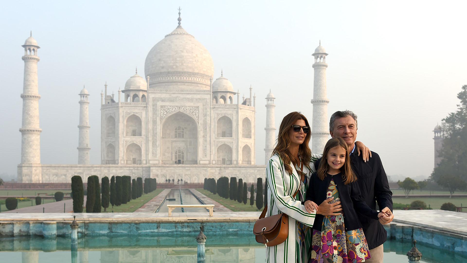 El presidente Macri y su familia en el Taj Mahal en la ciudad de Agra