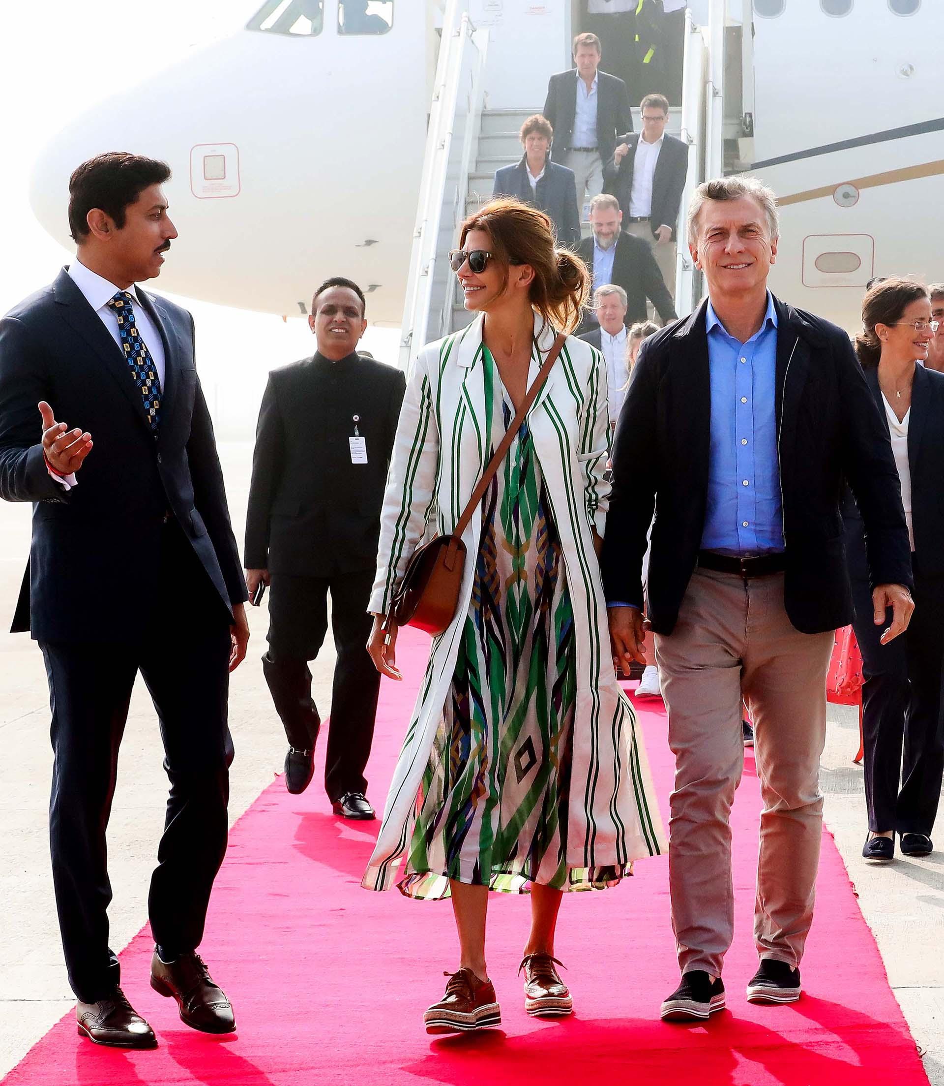 Macri y Awada en Nueva Delhi. Detrás de ellos baja la comitiva argentina del avión, que incluye a Martín Lousteau y a Emilio Monzó