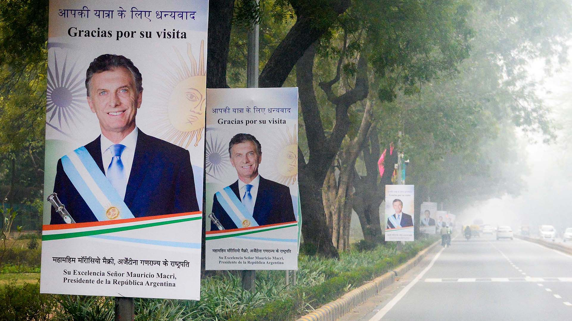El gobierno local colocó carteles en el camino de la comitiva argentina para agradecer la visita del jefe de Estado